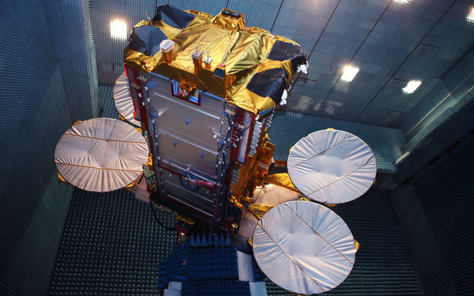 Initialement prévu le 20 décembre, le lancement Ka-Sat a été reporté dans l'attente des conclusions définitives de la commission d'enquête mise en place après l'échec du lancement d'un Proton le 5 décembre. © Astrium