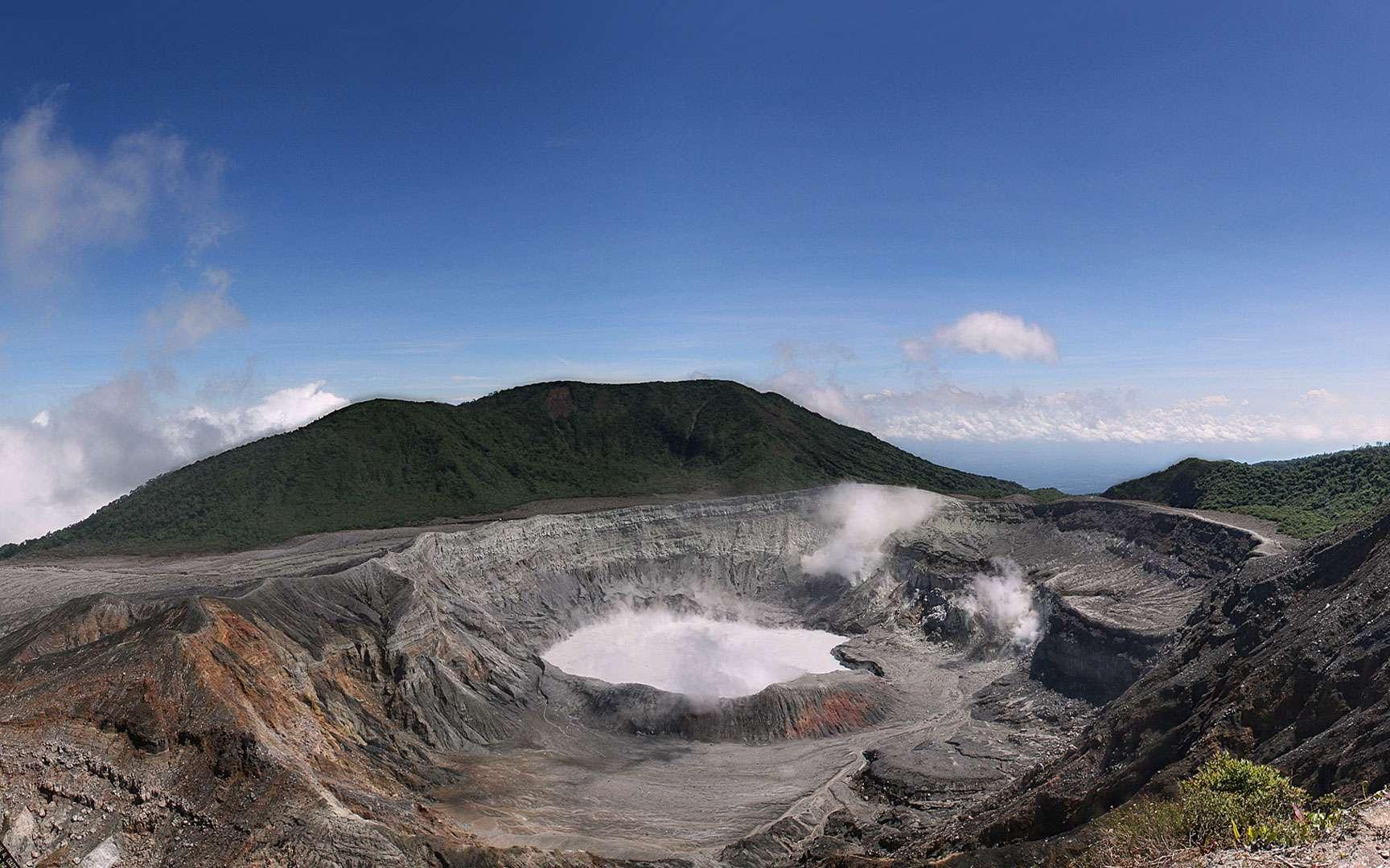 Cratère Poàs - Costa Rica. Vue panoramique du cratère du volcan Poàs Costa Rica © Scott Robinson from Rockville, MD, USA Licence Creative Commons paternité 2.0 générique