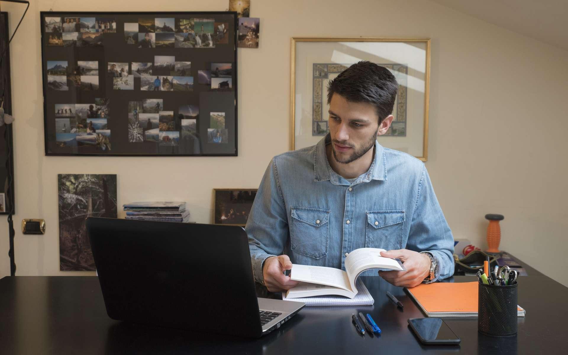Pour réussir ses études durant le confinement, il est important de garder un rythme quotidien et d'établir un programme de révisions et de travail. © Nicola, Adobe Stock