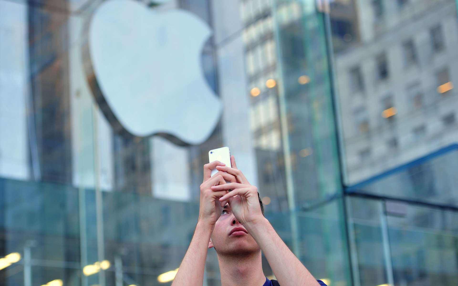 Pour récupérer les informations, le virus KeyRaider se sert des communications entre l'iPhone et le site de musique en ligne d'Apple, iTunes. © Stan Honda, AFP Photo