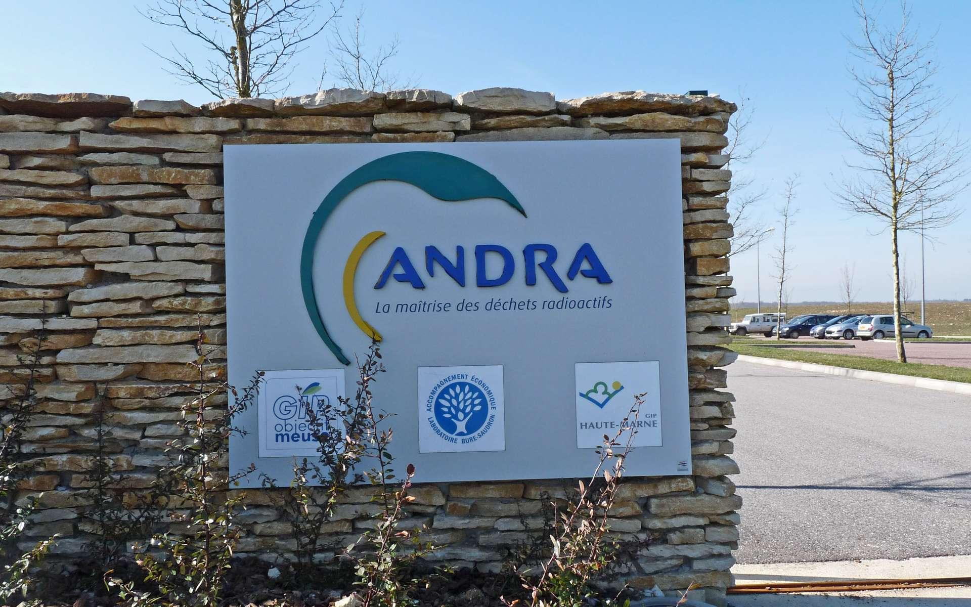 L'Andra est chargée de trouver des solutions pour stocker ou traiter les déchets radioactifs générés par les centrales, mais pas seulement. Les hôpitaux et les laboratoires de recherche produisent également des déchets de ce type. © Ji-Elle, Wikimedia Commons
