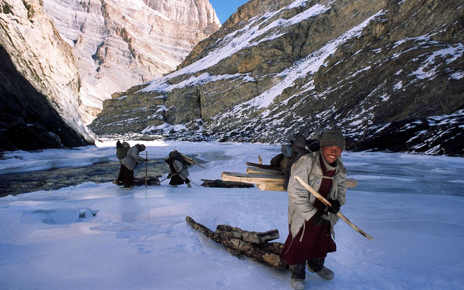 Le «Tchadar» est le nom que l'on donne au fleuve, gelé quelques semaines par an, unique lien en hiver entre la vallée du Zanskar et le reste du monde. Suivant l'état de la glace, une semaine de marche est nécessaire pour relier le Zanskar au Ladakh.Chaque hiver, des hommes le parcourent, portant du bois vers leurs villages respectifs. © Erik Lapied, tous droits réservés