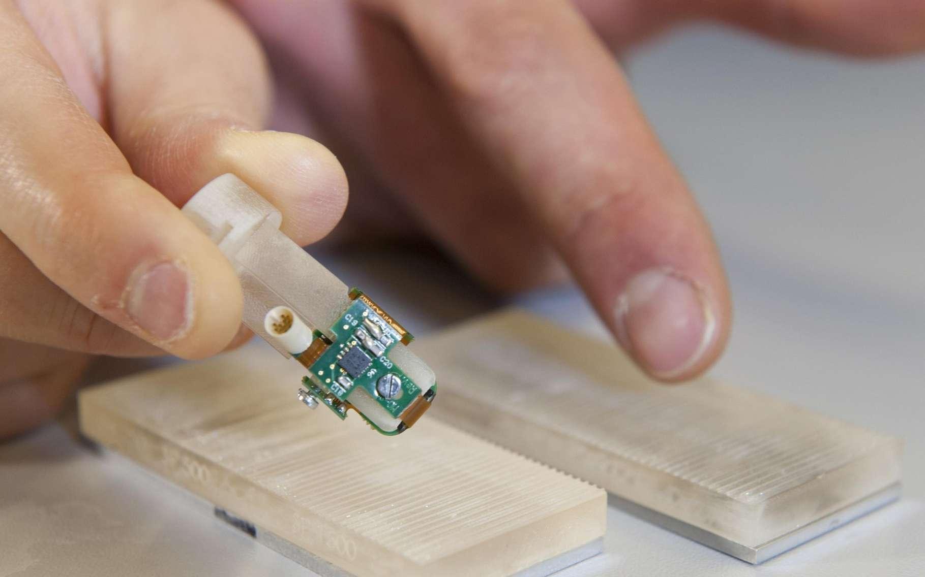 L'index bionique mis au point à l'École polytechnique fédérale de Lausanne. Il a été testé avec succès sur une personne amputée et sur des volontaires valides. © EPFL