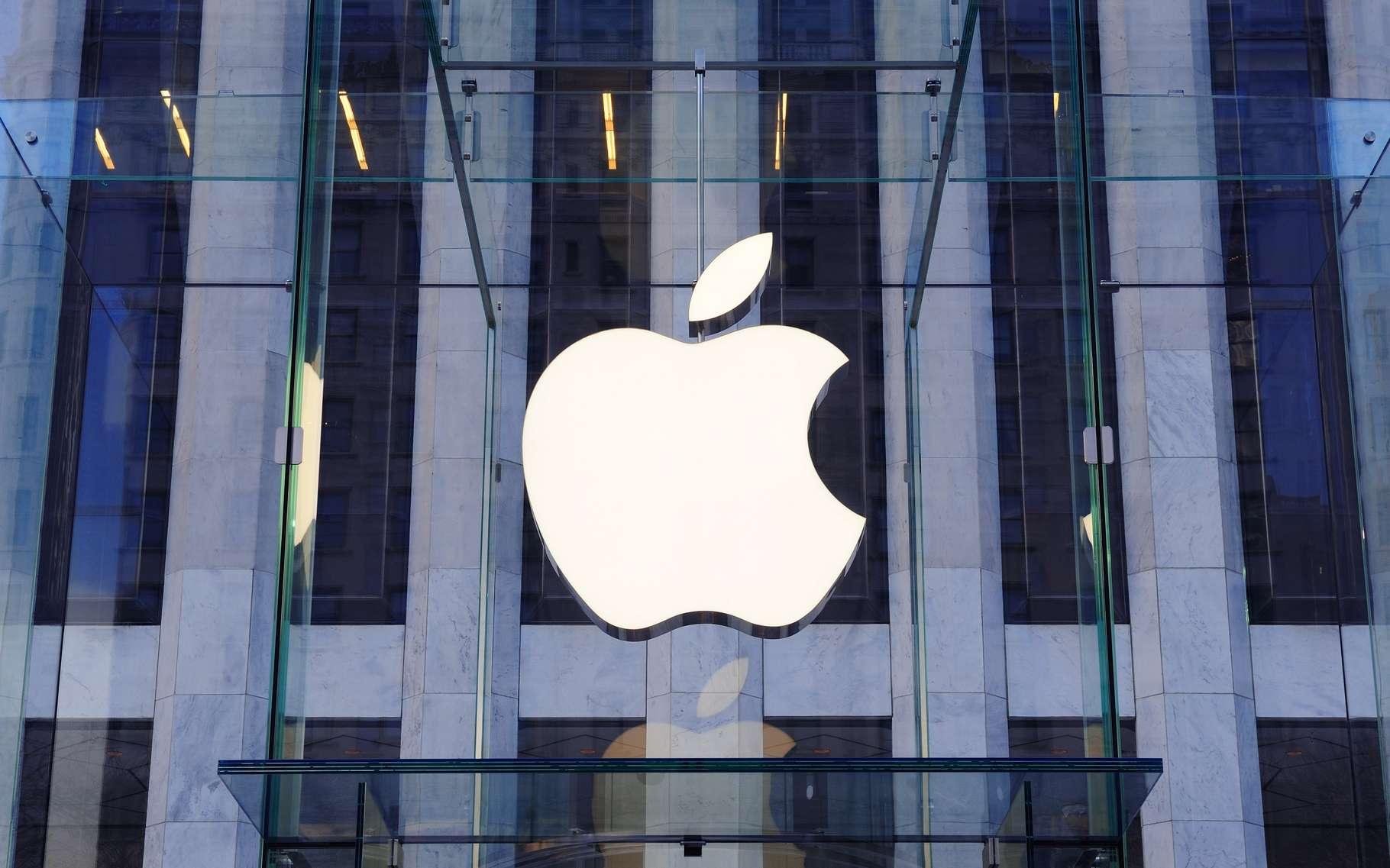 Historiquement, les ordinateurs ont bâti la légende Apple mais la marque dépend aujourd'hui largement des ventes de son smartphone iPhone. Elle cherche à se diversifier dans les montres connectées avec l'Apple Watch et travaillerait en secret sur un projet de voiture électrique. © Songquan Deng, Shutterstock
