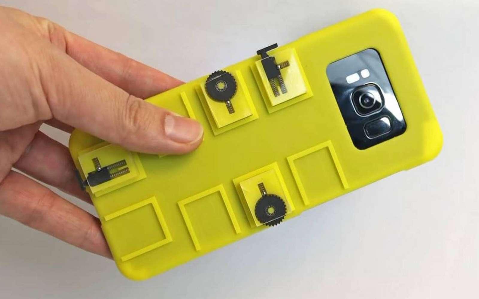 Cette coque un peu volumineuse ajoute des boutons et une molette aux smartphones qui en ont besoin. © Chang Xiao, Columbia University