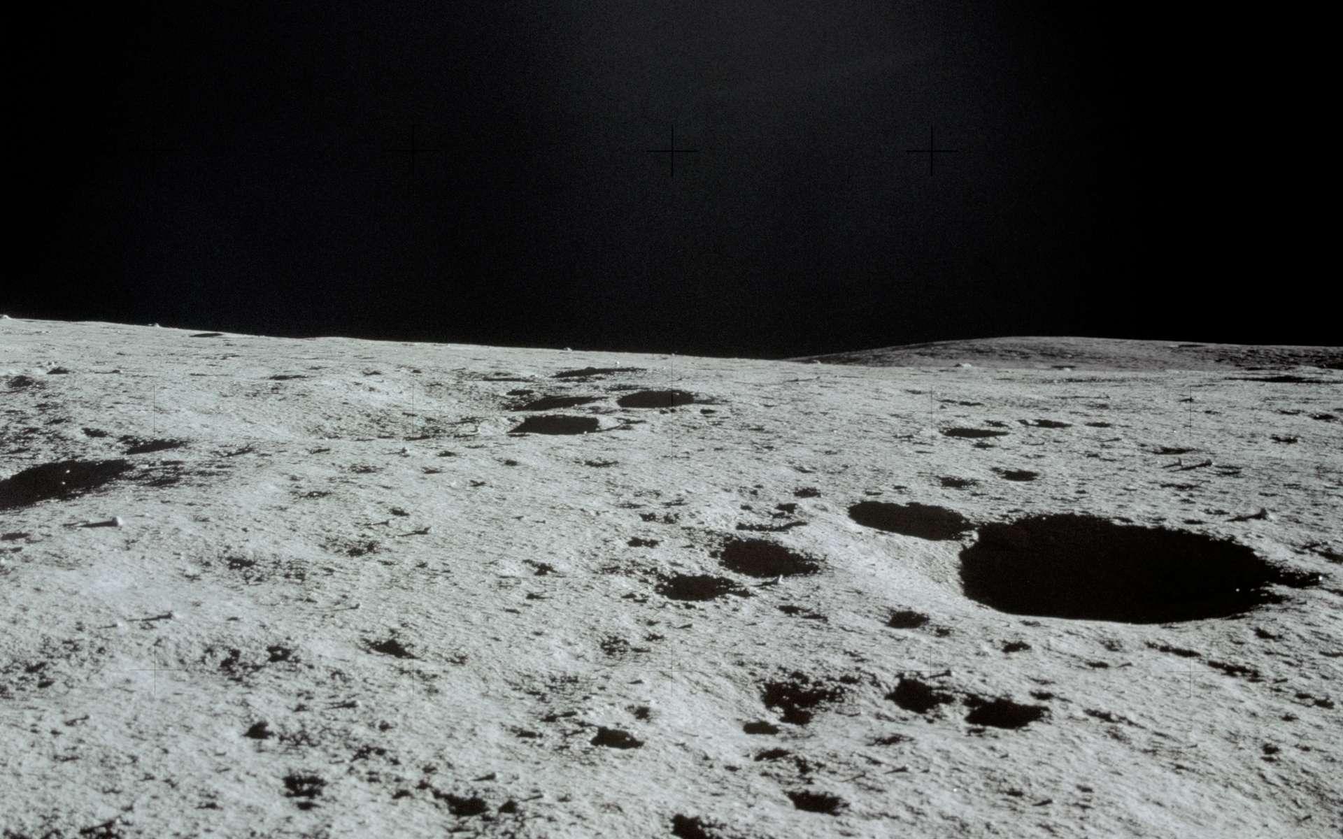 Surface de la Lune photographiée à travers le hublot du LM (Lunar Module) d'Apollo 14, les 5-6 février 1971. © Nasa