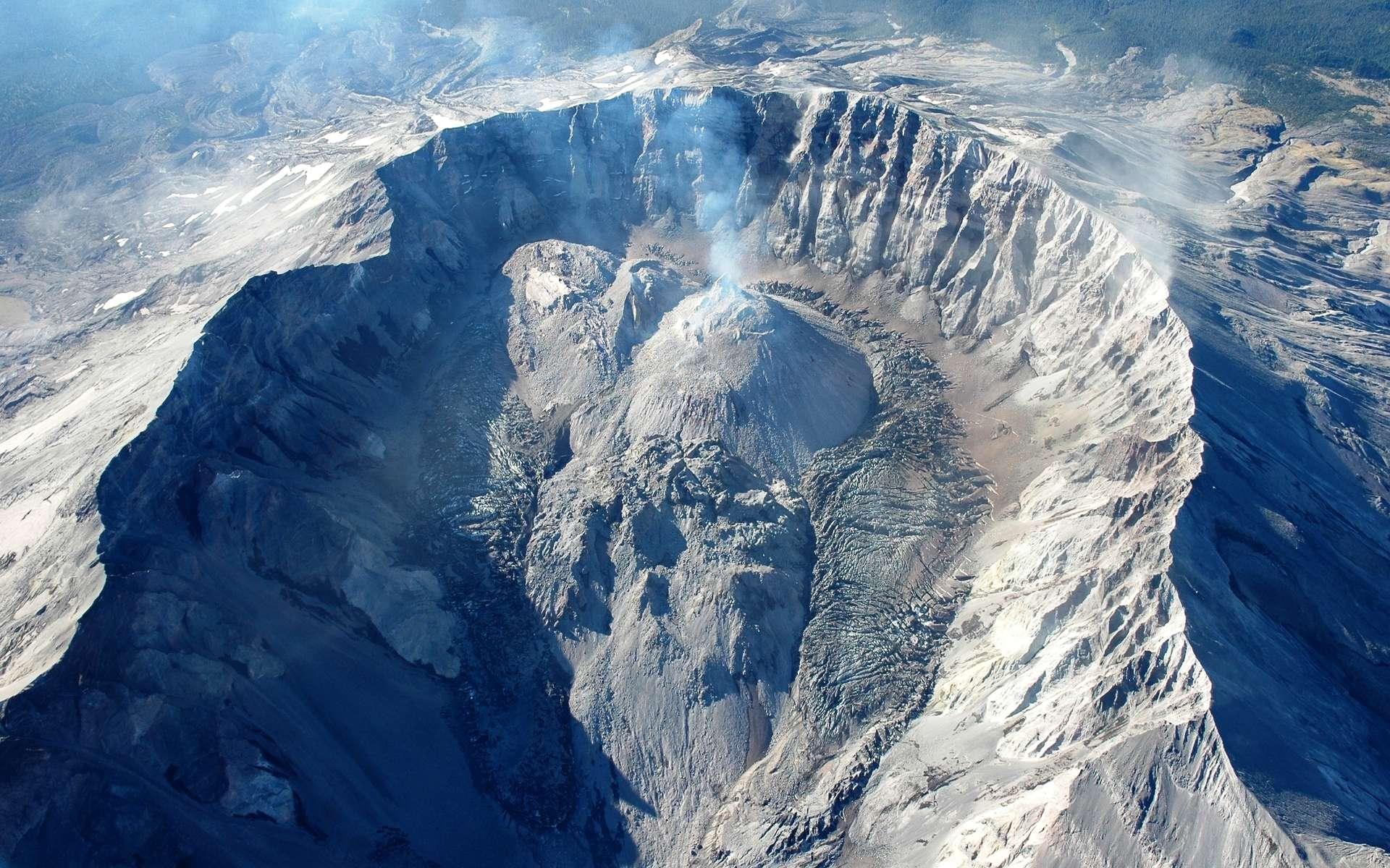 Une vue du dôme de lave visqueuse situé dans le cratère du célèbre volcan du mont Saint Helens, aux États-Unis. © USGS