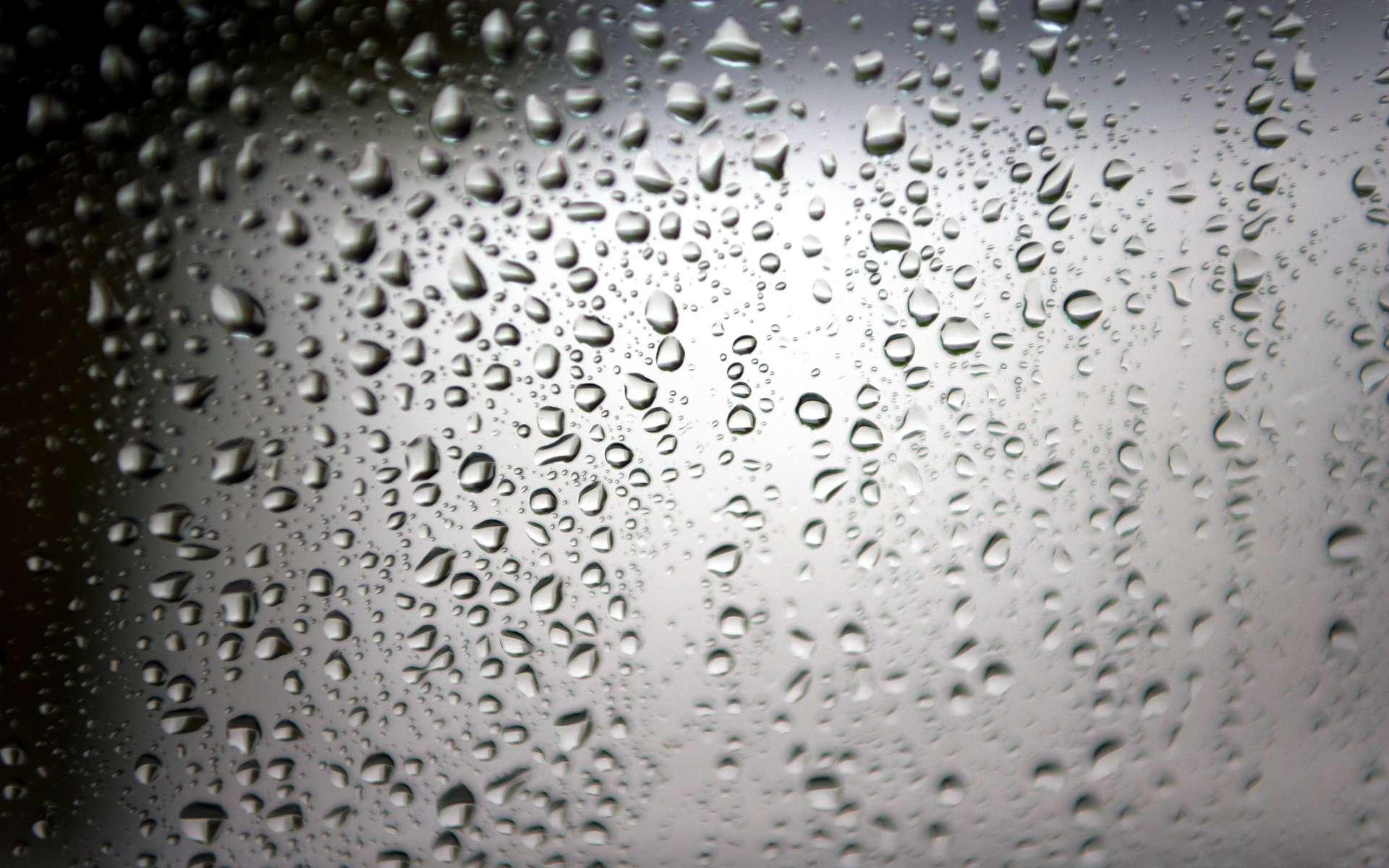 Les vapeurs d'eau chaude apportent de l'oxygène à l'épiderme, une arme contre les points noirs. © Phovoir