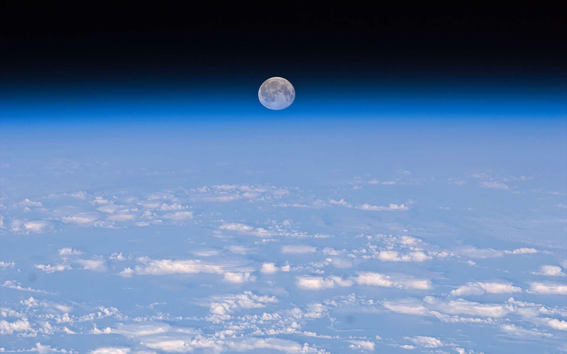 La Lune, au-dessus de l'atmosphère terrestre, vue depuis la Station spatiale internationale. © Nasa