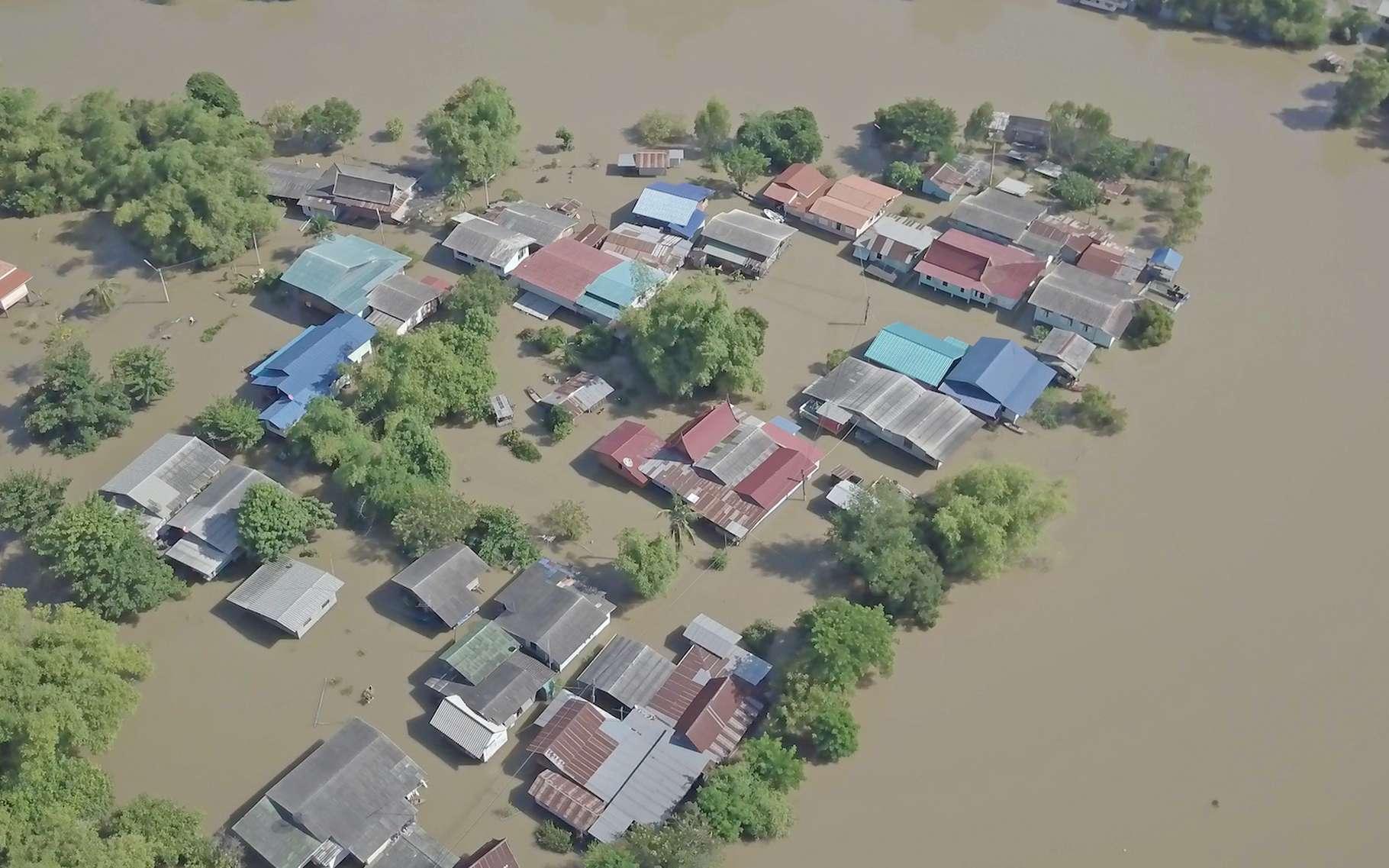 Avec le réchauffement climatique, les inondations menacent de plus en plus les populations qui devraient de fait être amenées à se déplacer de plus en plus. © witthaya, Adobe Stock