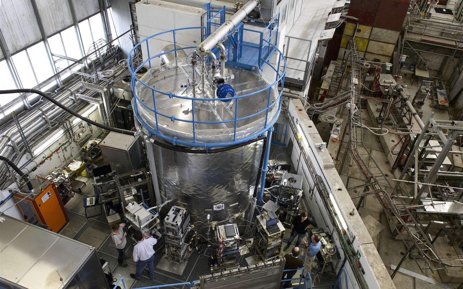 Une vue de l'expérience Cloud avec sa chambre de 3 m de diamètre en acier inoxydable, contenant de l'air humidifié ultrapur et des traces de gaz choisis. Elle est placée sur la trajectoire d'un faisceau de pions chargés qui simule les rayons cosmiques ionisants. © Cern