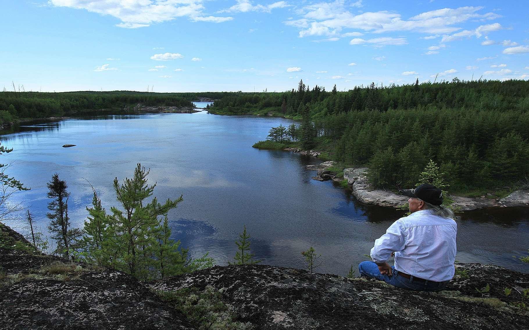 Canada : Paysage forestier traversé de rivières, émaillé de lacs, de zones humides et de forêts boréales, Pimachiowin Aki (« La Terre qui donne la vie ») fait partie des territoires ancestraux des Anishinaabeg, un peuple autochtone vivant de la pêche, de la chasse et de la cueillette. Il englobe des portions de territoires de quatre communautés Anishinaabeg (Bloodvein River, Little Grand Rapids, Pauingassi et Poplar River). Il s'agit d'un exemple exceptionnel de la tradition culturelle Ji-ganawendamang Gidakiiminaan (« garder la Terre ») qui consiste à honorer les dons du Créateur, respecter toute forme de vie et maintenir des relations harmonieuses avec autrui. Cette tradition se matérialise dans le paysage par un réseau complexe de sites de subsistance, de sites d'habitation, de routes et de sites cérémoniels, généralement reliés par des voies navigables.Situé à cheval entre les provinces du Manitoba et de l'Ontario, Pimachiowin Aki s'étend sur un peu moins d'un quart des territoires occupés par les quatre Premières nations Anishinaabeg. Leur vision de l'univers dote les éléments du monde naturel d'une vie propre et donne ainsi un sens à l'existence humaine sur ces terres occupées par leurs ancêtres autochtones il y a 7.000 ans. C'est « un pays où Anishinaabeg et tous les autres êtres sont compris et protégés comme un seul. »Au cœur du bouclier boréal nord‑américain, le paysage forestier est traversé de rivières, émaillé de lacs et de zones humides. Il s'étend sur 2,9 millions d'hectares. Pimachiowin Aki abrite une diversité exceptionnelle d'écosystèmes terrestres et d'eau douce. Cet environnement offre les conditions adéquates aux espèces boréales caractéristiques comme le caribou des bois, l'orignal, le loup, le carcajou, l'esturgeon jaune, la grenouille léopard, le huart à collier et la paruline du Canada. Les incendies sauvages, dans leurs processus écologiques essentiels et naturels ont aussi contribué à maintenir cette impressionnante biodiversité et continu