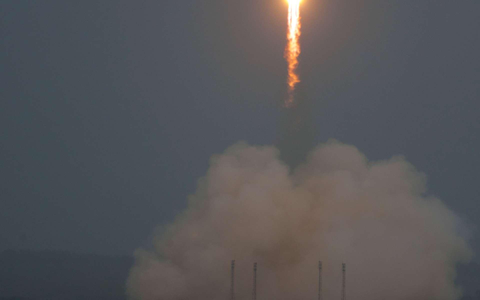Beau décollage, sous la pluie, du lanceur russe Soyouz. À cause d'une température d'ergols trop élevée pour procéder aux remplissages (oxygène liquide et kérosène), son lancement avait été reporté de 24 heures. Le prochain tir est prévu en décembre avec le lancement du premier des deux satellites de la constellation Pléiades d'Astrium. © Esa/S. Corvaja, 2011