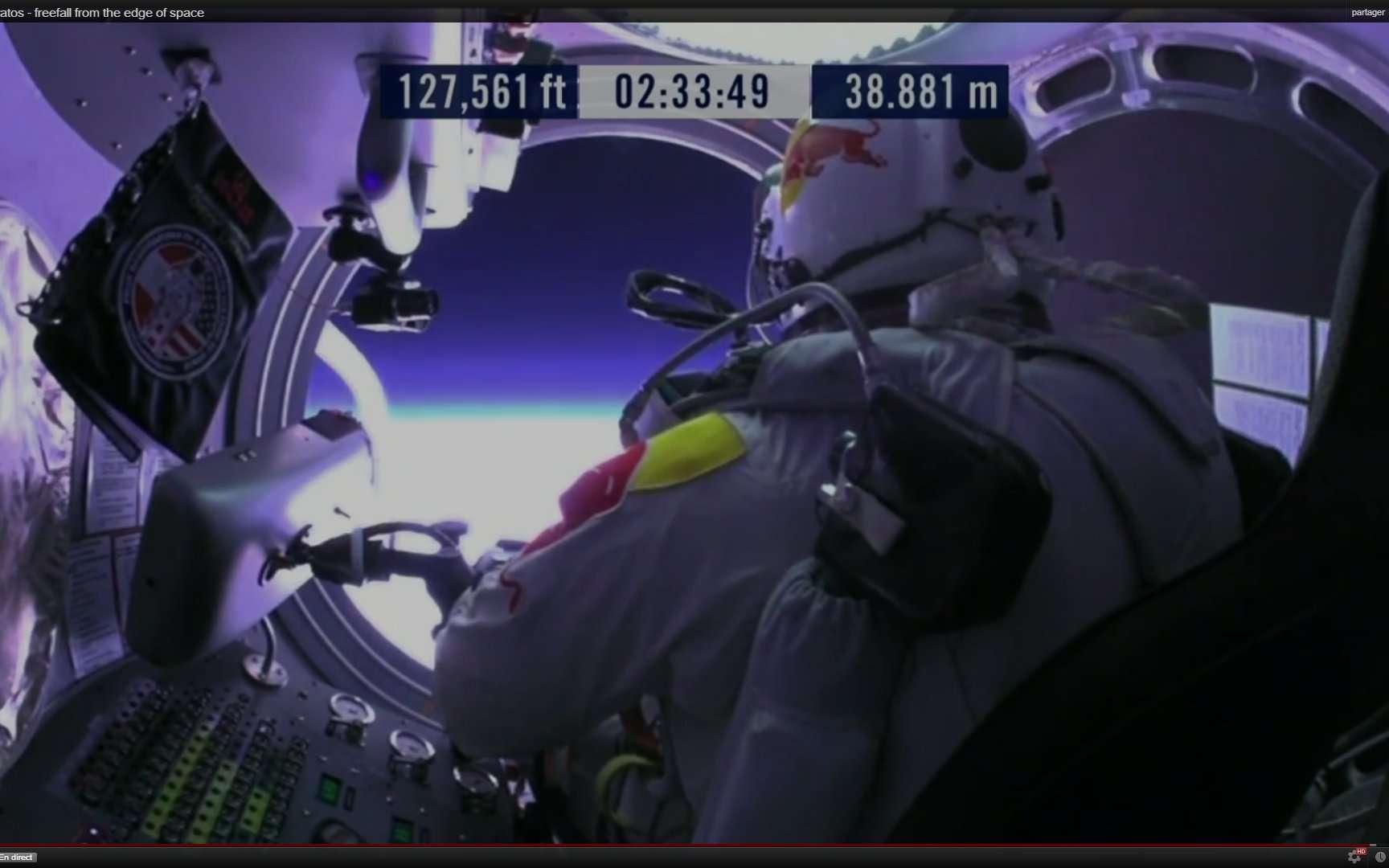 La porte ronde vient de s'ouvrir sur la stratosphère. Il ne reste plus qu'à sauter... © Red Bull Stratos
