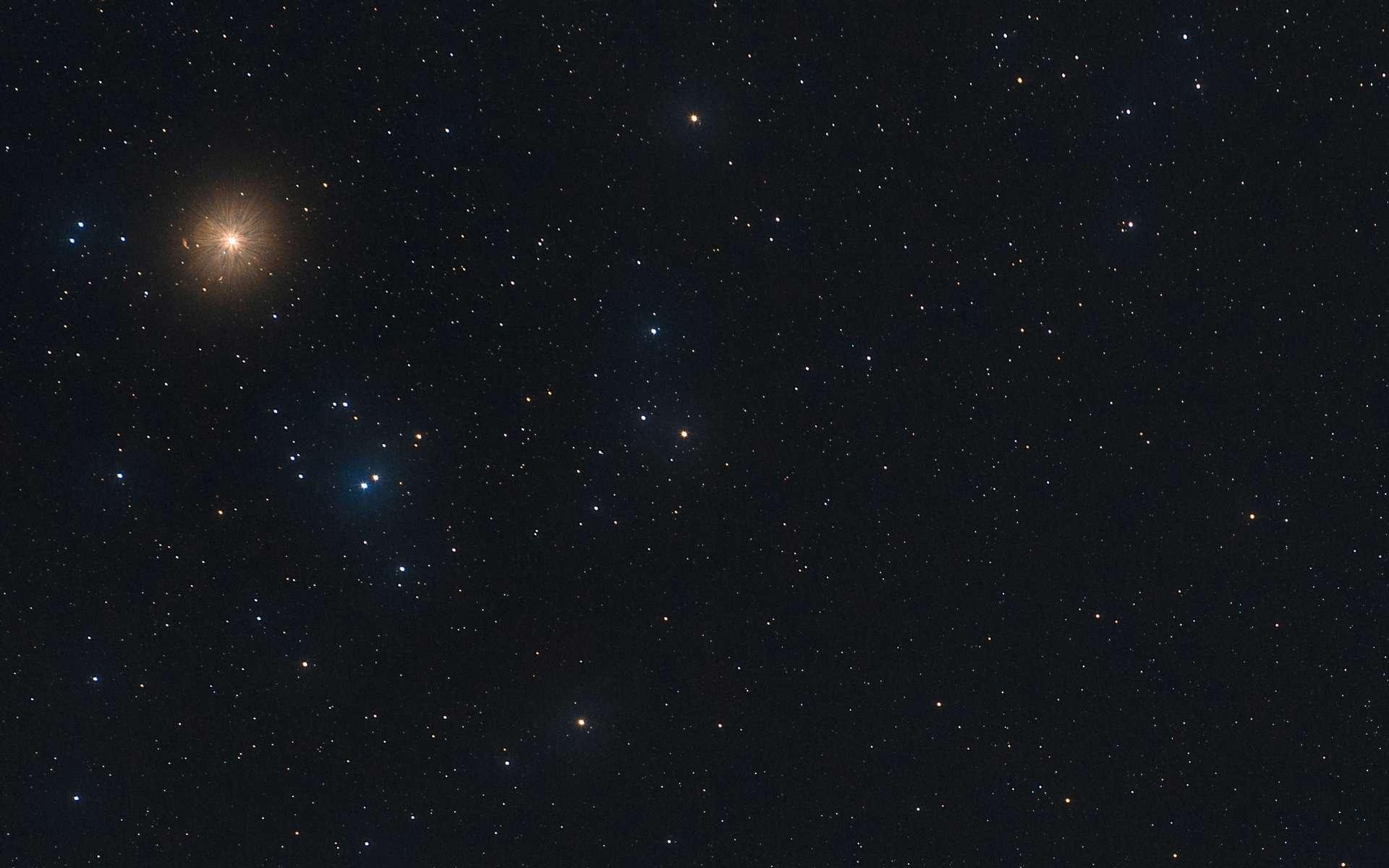 Gros plan sur les Hyades, amas de jeunes étoiles dont les plus brillantes forment un V vus depuis la Terre. Aldébaran, à l'éclat rouge-orangé, n'appartient pas à l'essaim. © David Hajnal, Adobe Stock