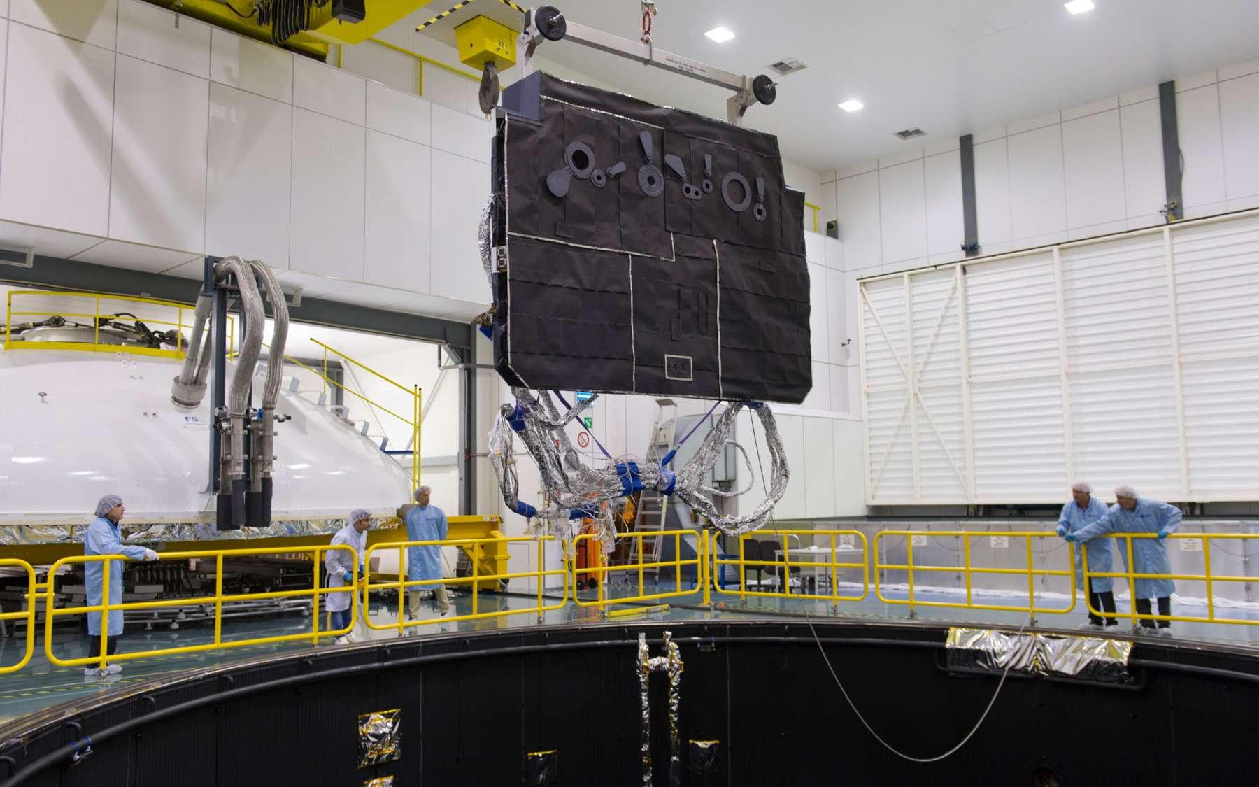 Le bouclier thermique de Solar Orbiter installé dans la chambre à vide, la plus grande d'Europe, de l'Agence spatiale européenne. © Esa, Anneke Le Floc'h