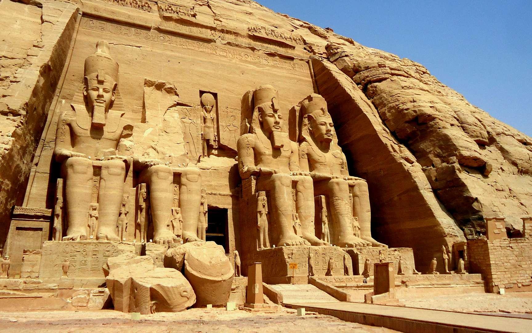 Le grand temple d'Abou Simbel. Vue de la façade du grand temple d'Abou Simbel, avec les quatre colosses de Ramsès II et, au premier plan, le pylône et une partie du péribole en briques de limon du Nil. © Amre Ghiba, Flickr, CC by-nc-sa 2.0