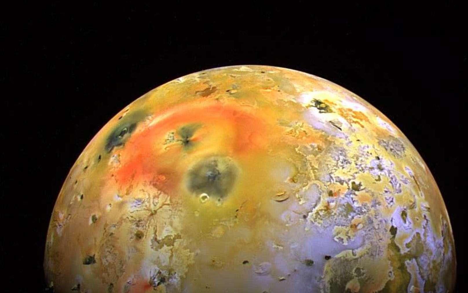 Cette photographie de Io prise par la sonde Galileo montre la tache sombre produite par une éruption à Pillan Patera, en 1997. Pillan Patera est une caldeira volcanique d'un diamètre d'environ 73 kilomètres nommée d'après le dieu du tonnerre, du feu et des volcans des Indiens mapuches dans les Andes. Au cours de l'été 1997, une éruption accompagnée de laves à des températures supérieures à 1.600 °C, avec un panache de 140 kilomètres de haut, a déposé un matériel pyroclastique noir riche en orthopyroxène sur une zone supérieure à 125.000 km2. C'est la plus importante éruption effusive dont l'Homme ait jamais été témoin avec au moins 31 km3 de laves émises sur une période de 100 jours. L'éruption a produit un large dépôt de matière sombre de 400 km de diamètre, qui recouvre partiellement l'anneau de dépôts couleur rouge vif entourant le volcan Pélé. © Nasa, JPL, University of Arizona