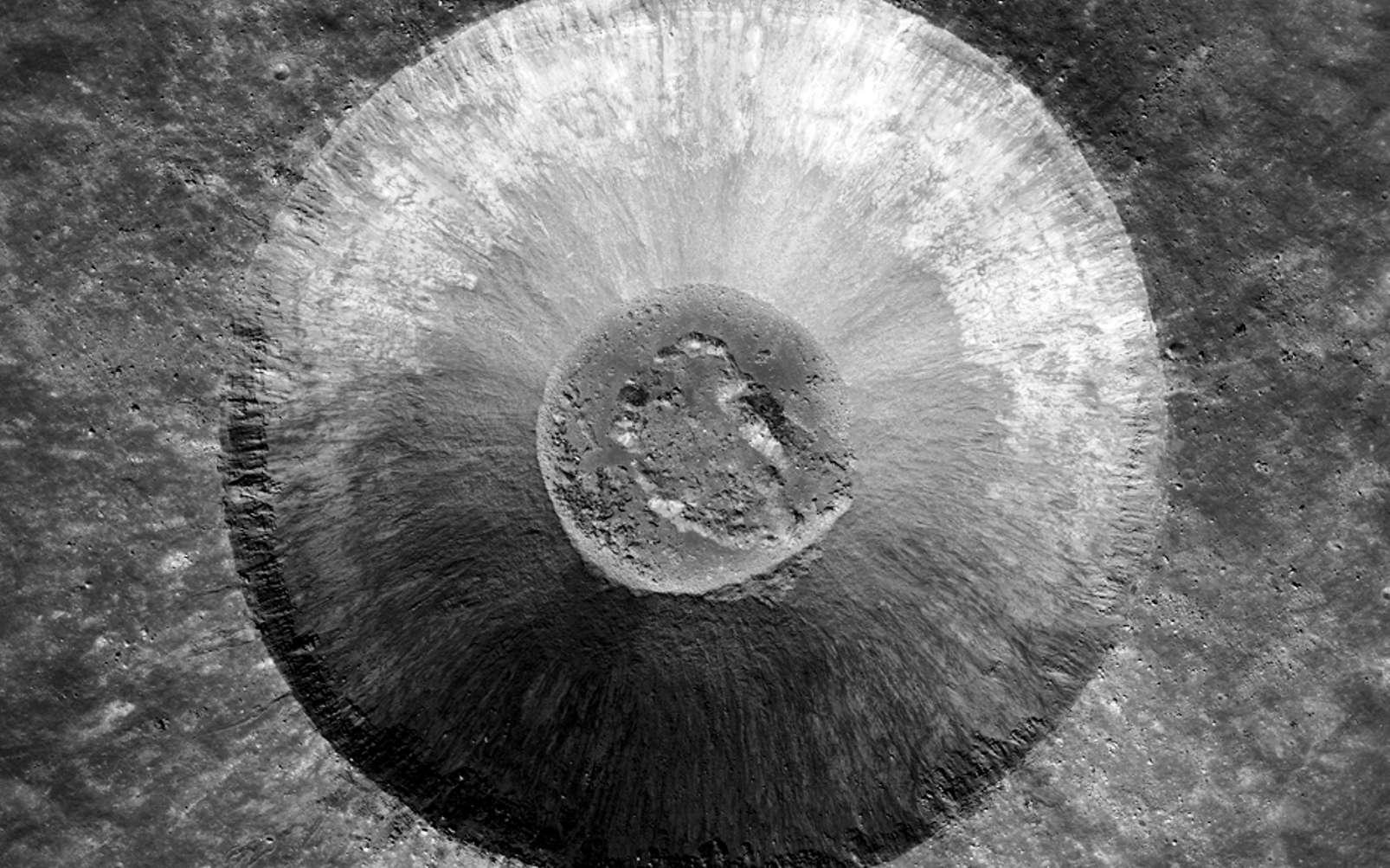 Lichtenberg B est un jeune cratère d'impact magnifiquement préservé. Les affleurements rocheux dans la partie supérieure de la paroi du cratère sont dus aux coulées de lave successives qui ont rempli Oceanus Procellarum il y a plus de 3 milliards d'années. Le cratère a un diamètre d'environ cinq kilomètres. © Nasa, GSFC, Arizona State University