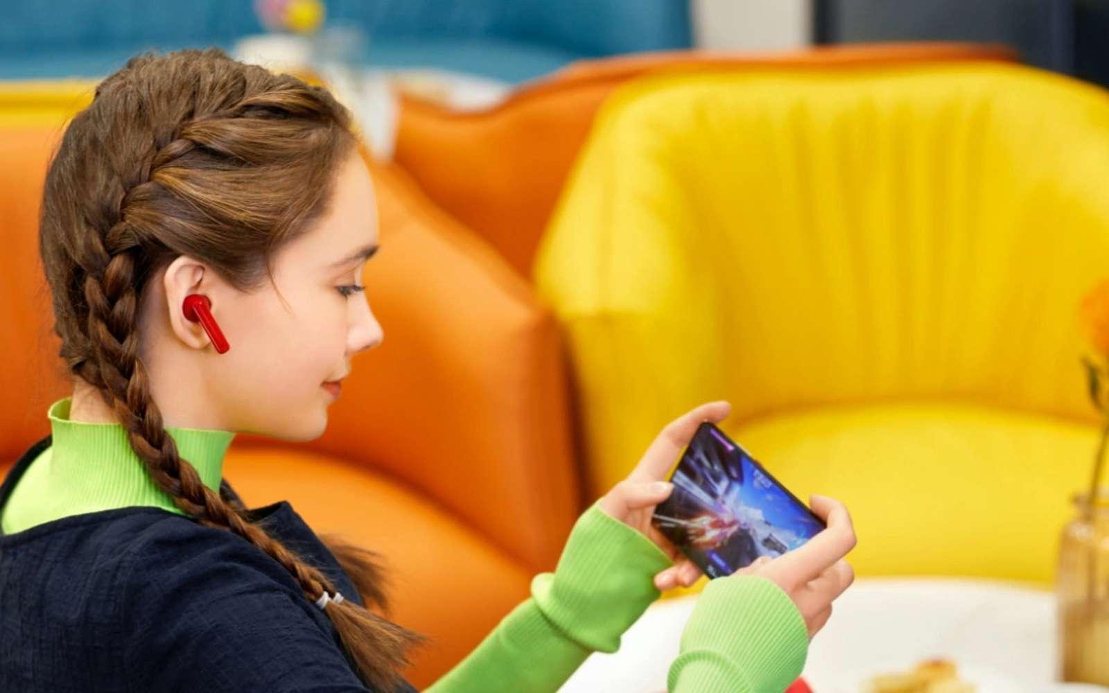 Les FreeBuds 4i de Huawei sont disponibles en trois coloris, avec un rouge que l'on ne retrouve pas dans les autres marques. © Futura