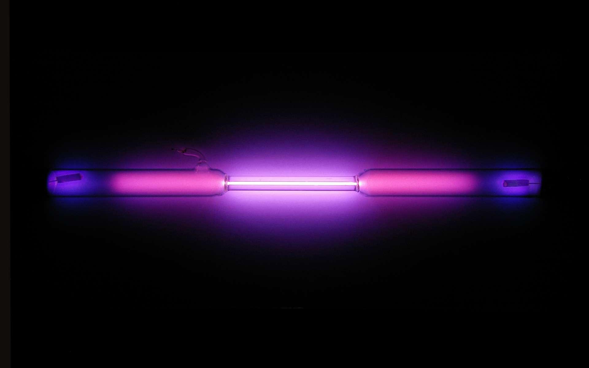 L'argon est un gaz rare incolore. Il prend cependant une lueur violette lorsqu'il est placé dans une lampe à décharge et traversé par un courant électrique. © Alchemist-hp, Wikimedia Commons, CC by-nc-nd 3.0