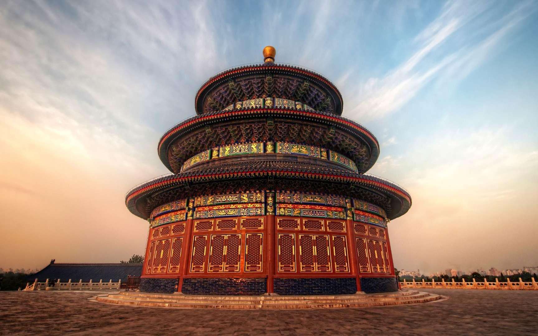 Le Temple du Ciel, à Pékin. Le Temple du Ciel est situé dans la ville chinoise, un quartier historique du sud de Pékin, dans le district de Xuanwu. Dans l'ancienne Chine, l'empereur était considéré comme le « fils du Ciel », qui préservait le bon ordre sur Terre en faisant le lien avec l'autorité céleste. Afin de montrer son respect au Ciel, les cérémonies de sacrifice étaient très importantes. Le Temple du Ciel a été inscrit par l'Unesco à la liste du patrimoine mondial en 1998. Il s'agit en réalité d'un important complexe au cœur de la ville, de 1,5 km du nord au sud et de 1 (minimum) à 1,7 km (maximum) d'est en ouest. Il est délimité par deux murs au nord et un seul au sud. Il contient de nombreux temples dont : La Salle des prières pour la récolte (Qi Nian Dian), pavillon en forme de rotonde dans le nord du complexe ;La Demeure du seigneur du Ciel (Huang Qiong Yu), pavillon en forme de rotonde construit sur un tertre de marbre ; on y remisait les autels lorsqu'ils n'étaient pas utilisés ;La Salle de l'abstinence (Zhai Gong), palais situé dans la partie ouest du complexe ;L'Autel du Ciel (Yuan Qiu Tan), espace ressemblant à la terrasse de la Salle des prières pour la récolte, mais sans bâtiment en rotonde. Il est situé sur le même axe que la salle mais au sud du complexe. © Trey Ratcliff, Flickr, CC by-nc-sa 2.0