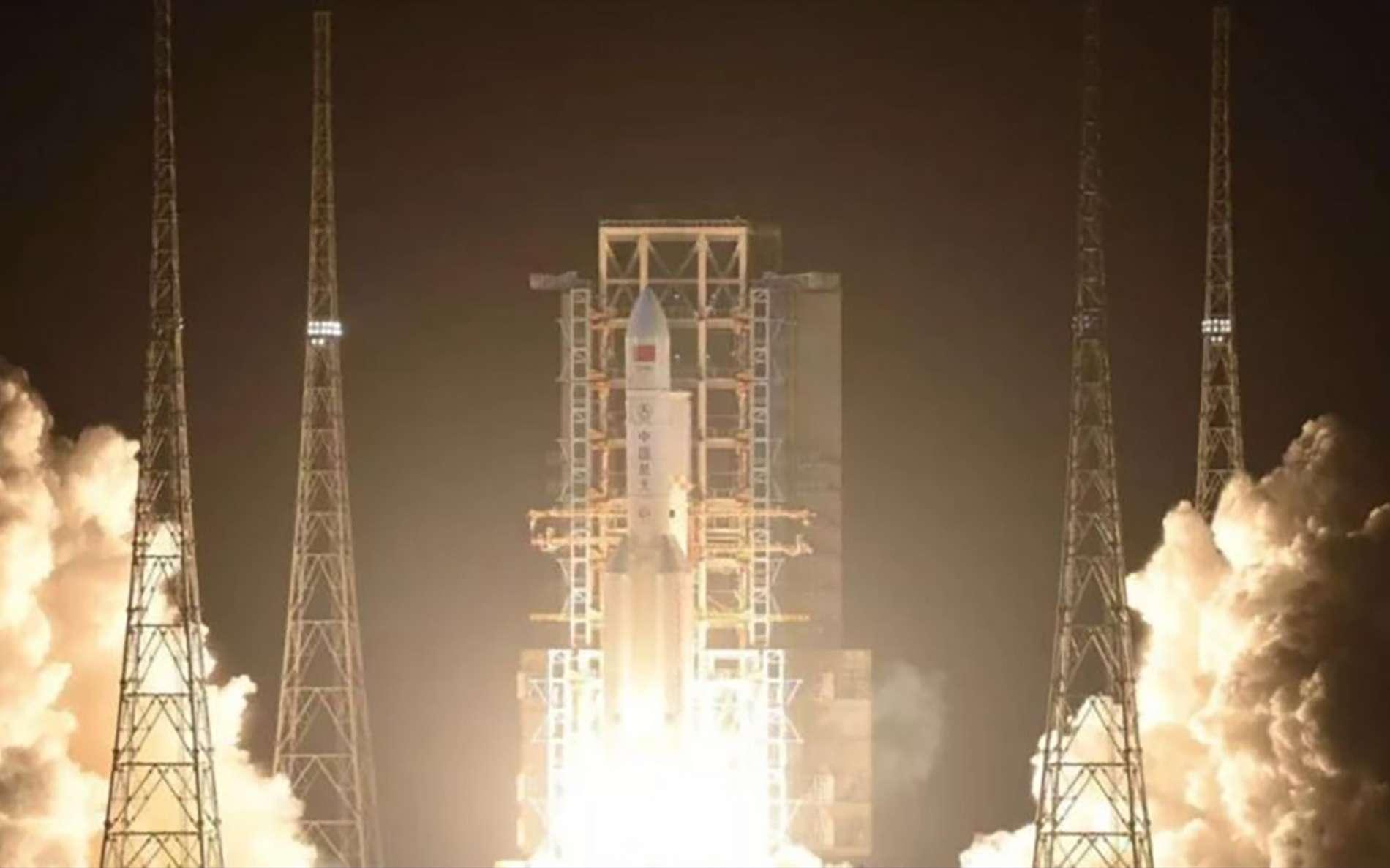 Décollage du Longue March 5 (CZ-5) pour son troisième vol d'essai, le premier depuis l'échec du précédent vol survenu en juillet 2017. Le lancement a eu lieu depuis Wenchang, une base de lancement située sur l'île d'Hainan. © Casc