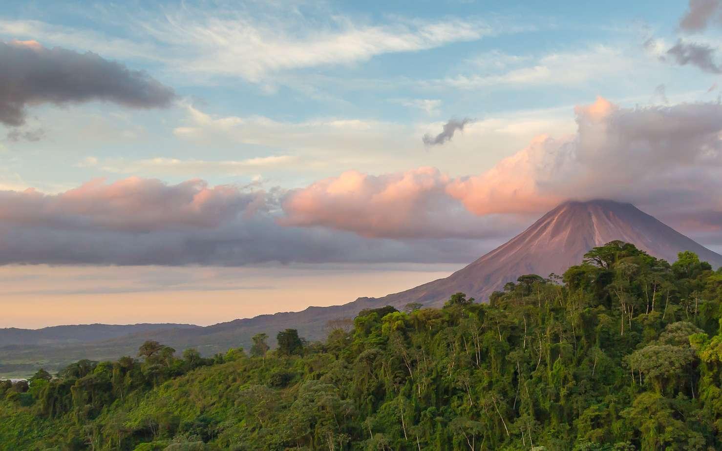 Le volcan Arenal culmine à 1.720 m d'altitude au Costa Rica. Il se distingue par la présence de cinq cratères à son sommet (notés A à E). Il n'est plus entré en éruption depuis 1968. © photodiscoveries, fotolia