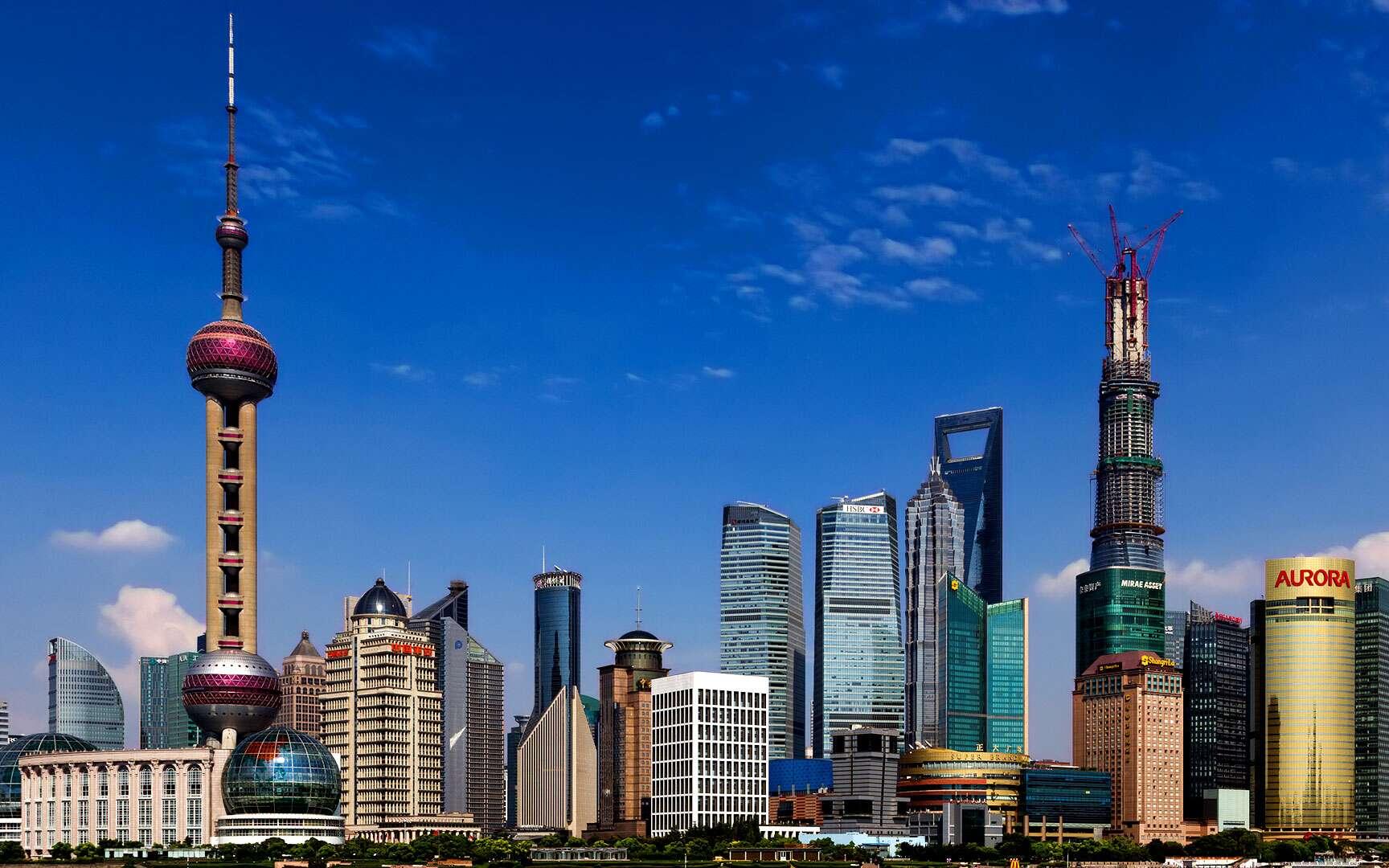 La Perle de l'Orient, à Shangai. Située en Chine, à Shanghai dans le quartier d'affaire de Lujiazui, la Perle de l'Orient est une tour de télévision. Elle possède une forme très particulière avec deux énormes sphères en haut et en bas (à gauche sur l'image). Hauteur : 468 mètres Localisation : Shanghai (Chine) © Martin Pilát, Flickr, CC by-nc-nd 2.0