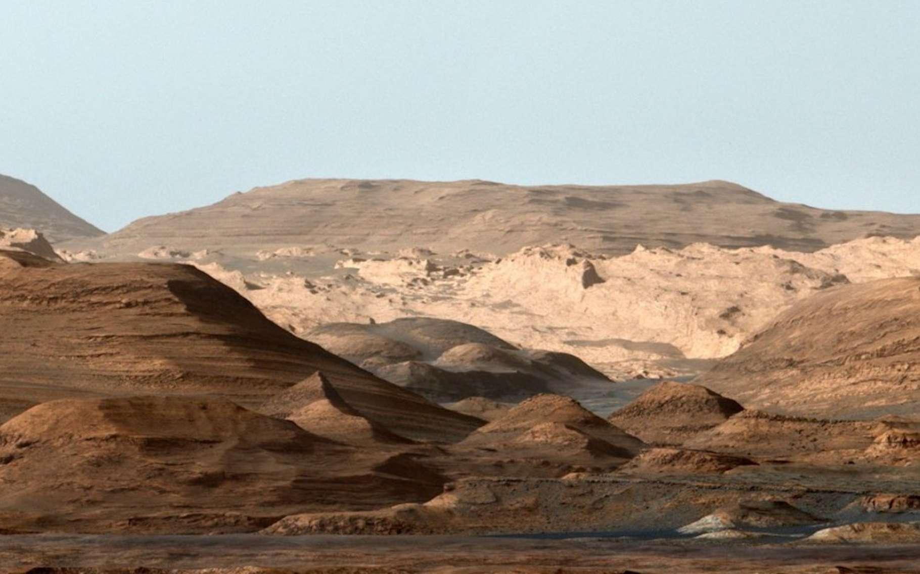 Cette image composite — en fausses couleurs —, le cratère Gale et le mont Sharp tels que Curiosity les a découverts sur Mars. Les données du rover de la Nasa suggèrent que la région a été le théâtre, par le passé, de méga-inondations. © Nasa, JPL