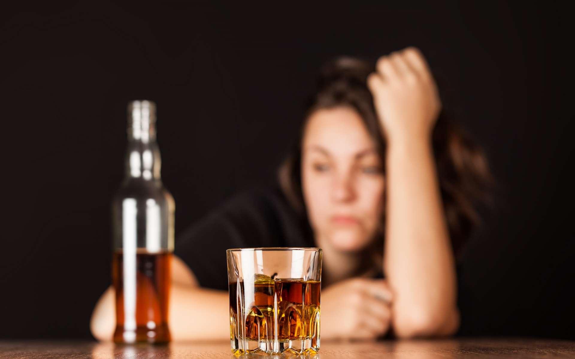 Si les femmes consomment moins d'alcool que les hommes, la sécrétion d'une hormone les rend plus vulnérables à ses effets néfastes. © BillonPhotos, Adobe Stock