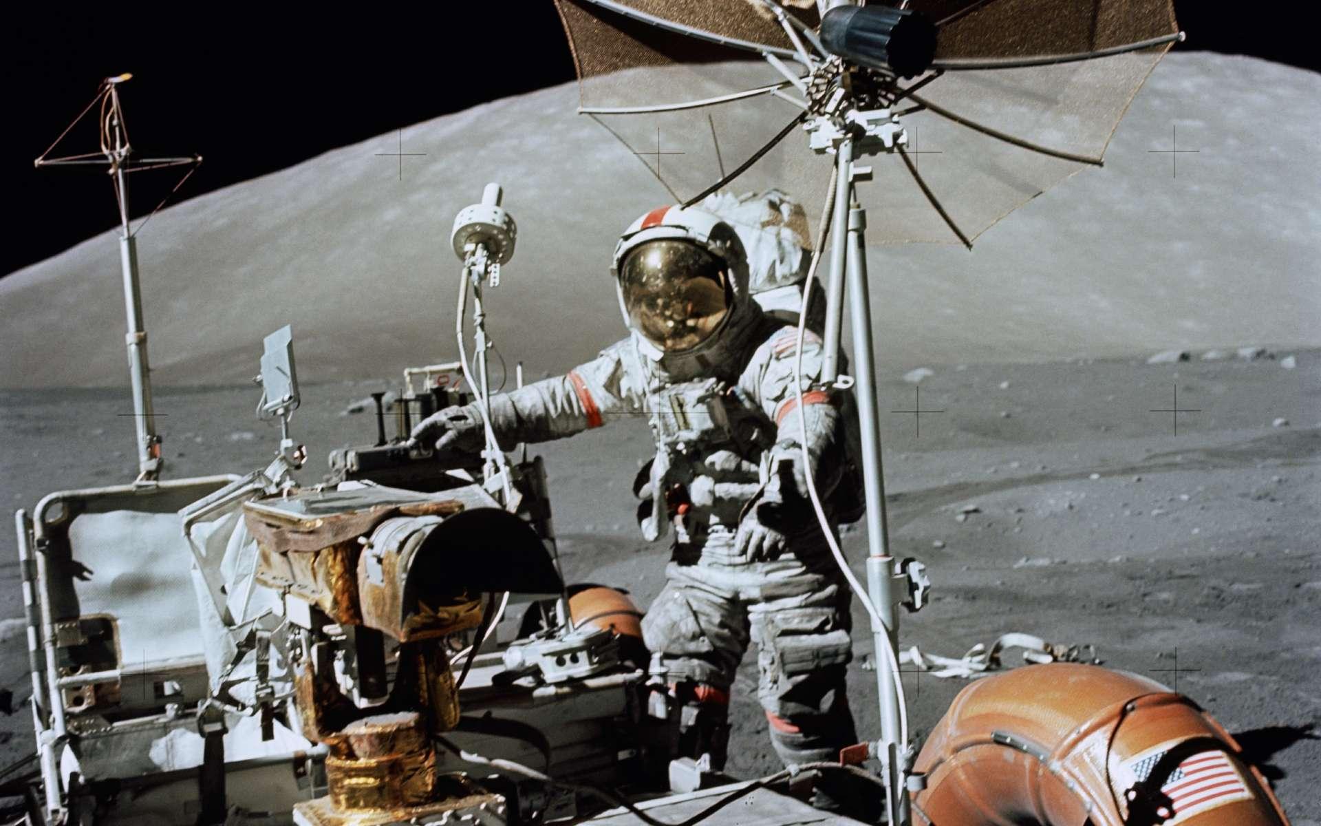Le véhicule lunaire de la mission Apollo 17, en 1972, avec Eugene Cernan, couvert de poussière. © Nasa