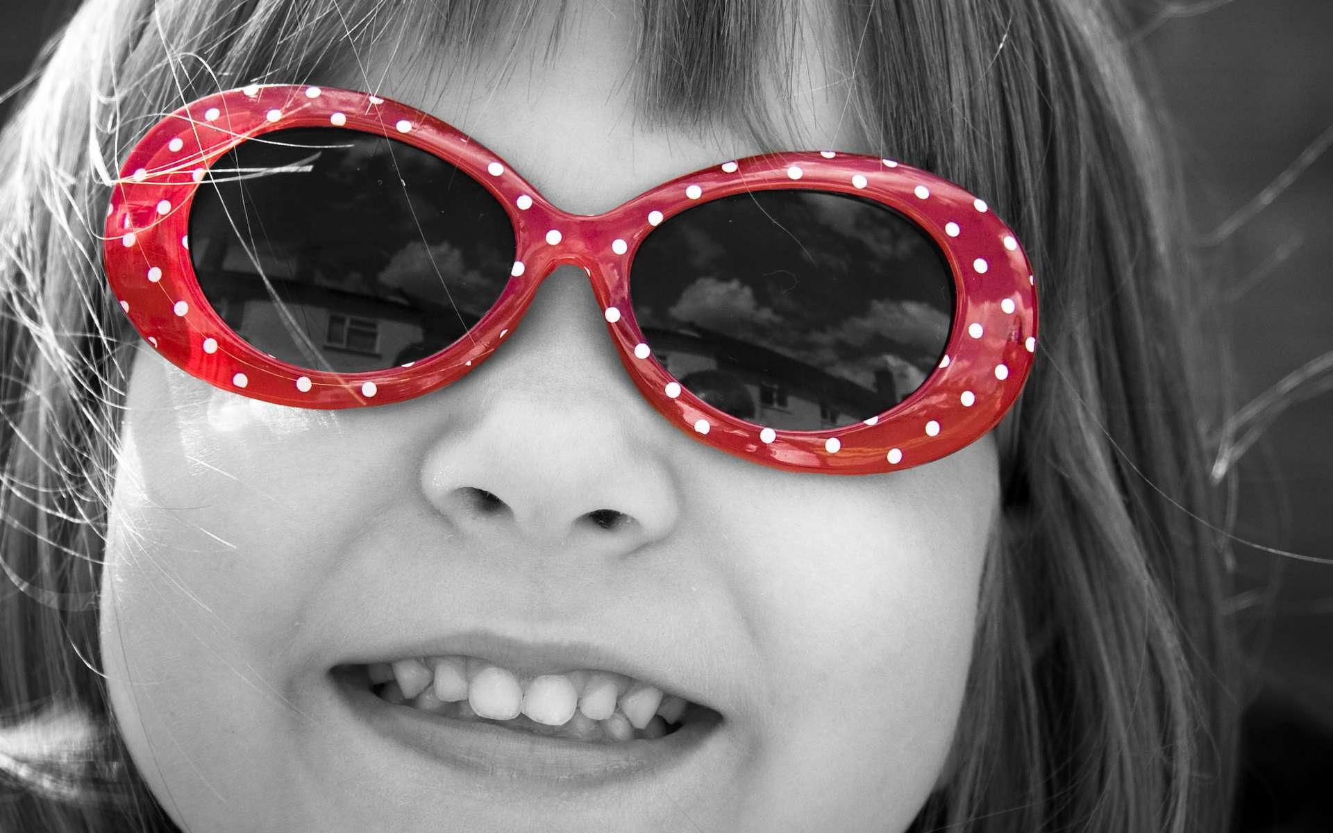 Porter des lunettes serait mieux accepté par les enfants qu'arborer un pansement oculaire, alors que le résultat est le mêm avec des verres occultants. © Stuart Richards, Flickr, CC by-nd 2.0