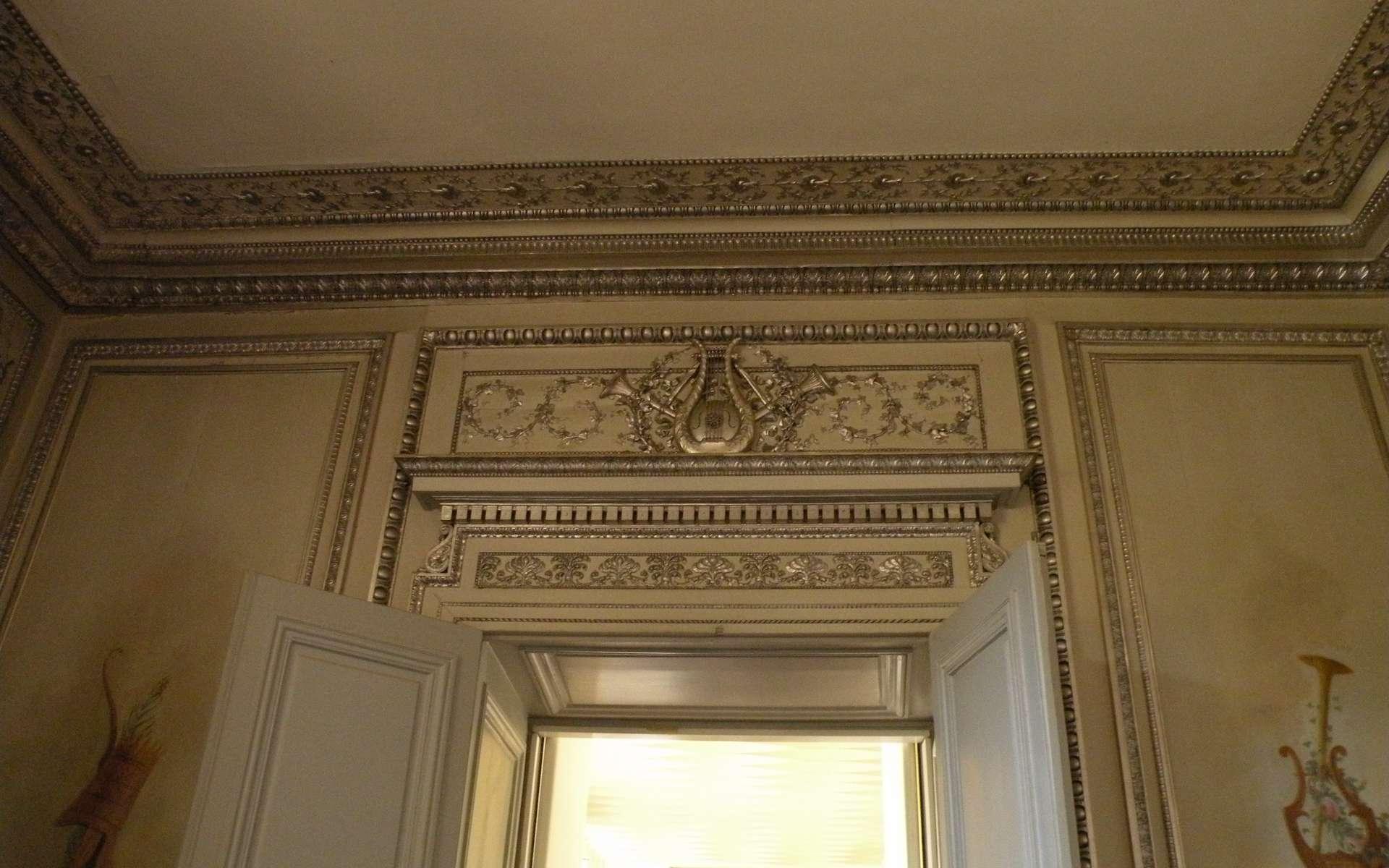 Le chambranle peut ressembler à une œuvre d'art tant il est ouvragé comme ici dans le salon d'argent du Palais de l'Élysée. © Chatsam, CC BY-SA 3.0, Wikimedia Commons