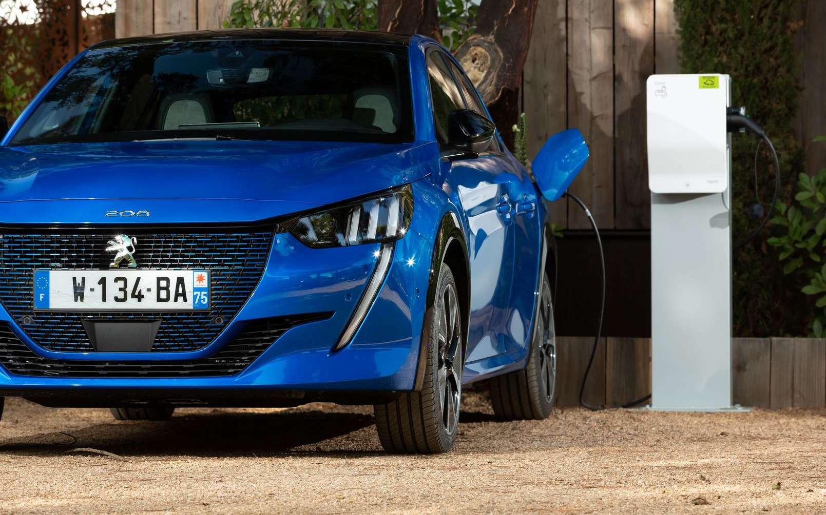La Peugeot e-208 confirme son statut de voiture électrique favorite en France, mais Renault Zoe n'a pas dit son dernier mot. © Peugeot