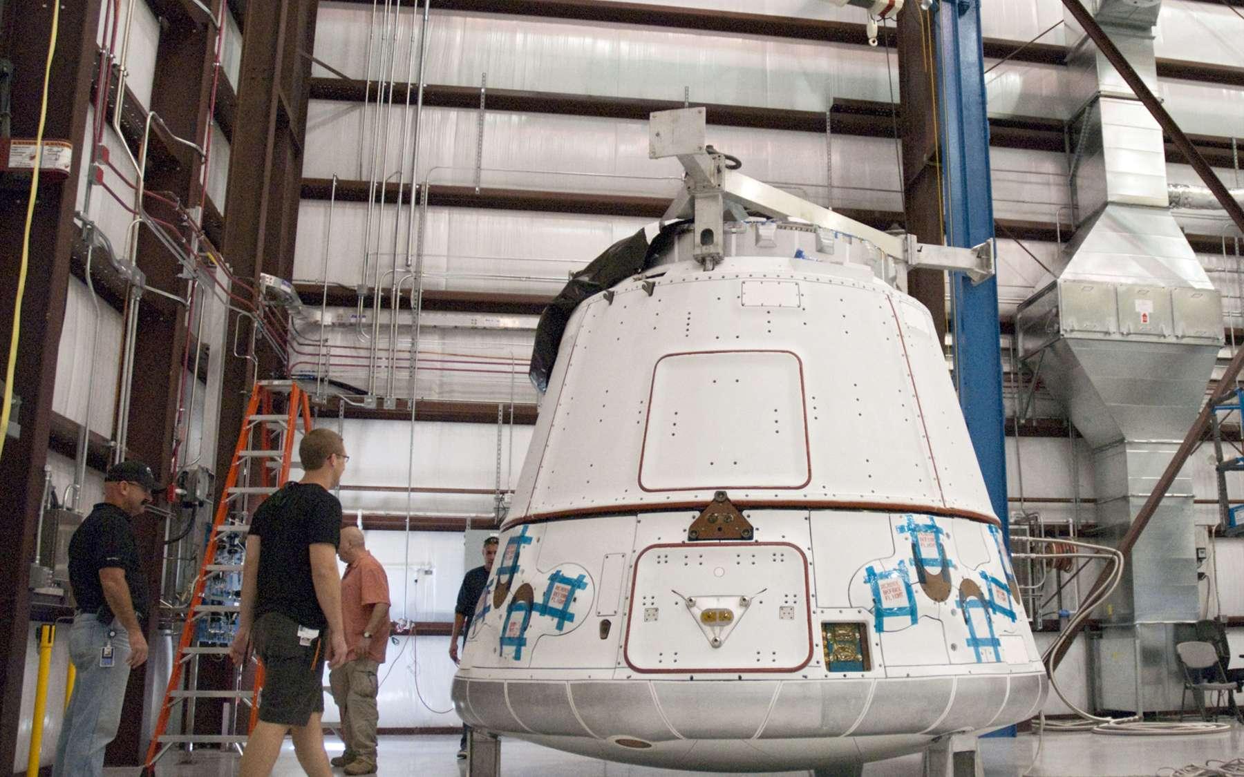 La capsule Dragon de SpaceX vient d'arriver au Centre spatial Kennedy de la Nasa. Elle sera lancée par un Falcon 9 début 2012. © Nasa/Charisse Nahser