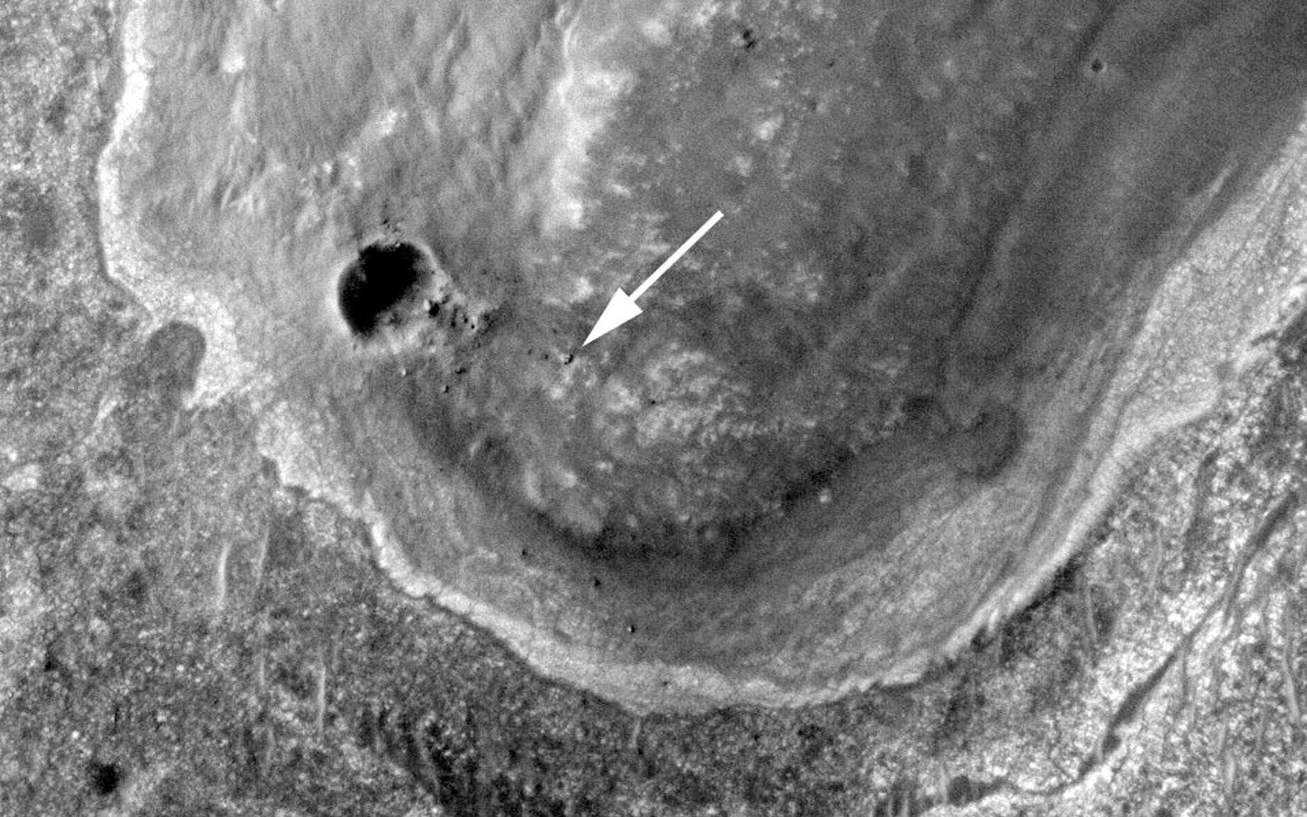 Sur cette image réalisée par l'orbiteur martien MRO, le rover Opportunity indiqué par une flèche se trouve à proximité du petit cratère Odyssey. © Nasa/JPL/University of Arizona