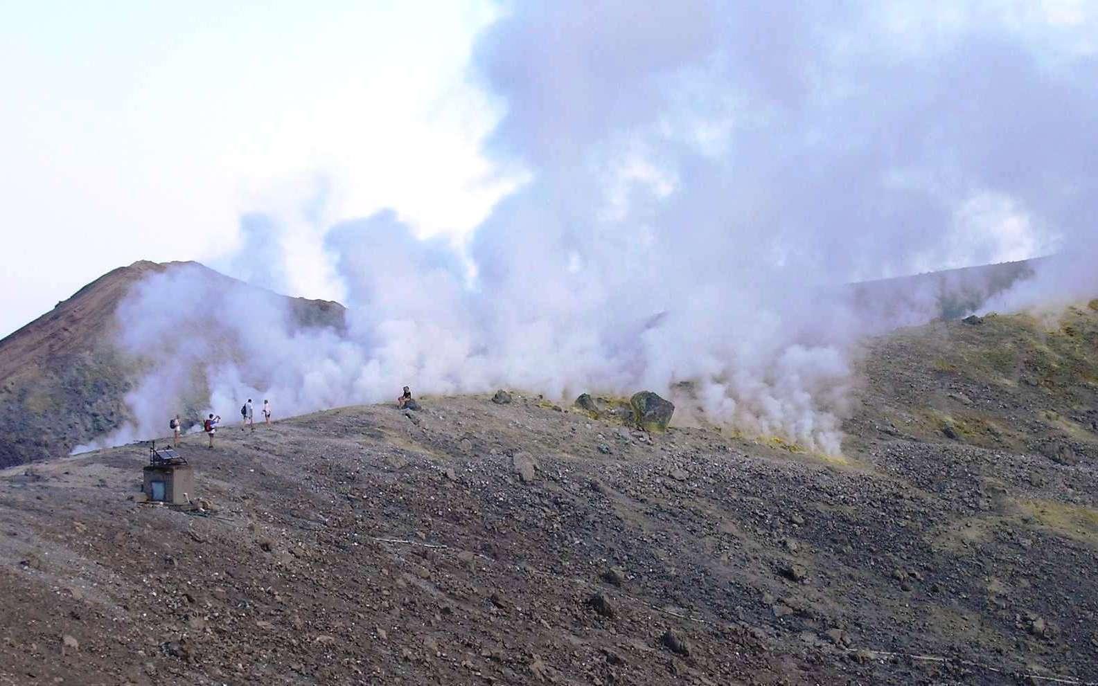L'origine de l'eau de l'océan primitif pourrait se trouver dans les entrailles de la Terre. Les volcans l'auraient émis il y a des milliards d'années. Sur cette image, les fumerolles riches en eau du volcan de la Fossa sur l'île éolienne de Vulcano, en Sicile. © Laurent Sacco, Futura-Sciences