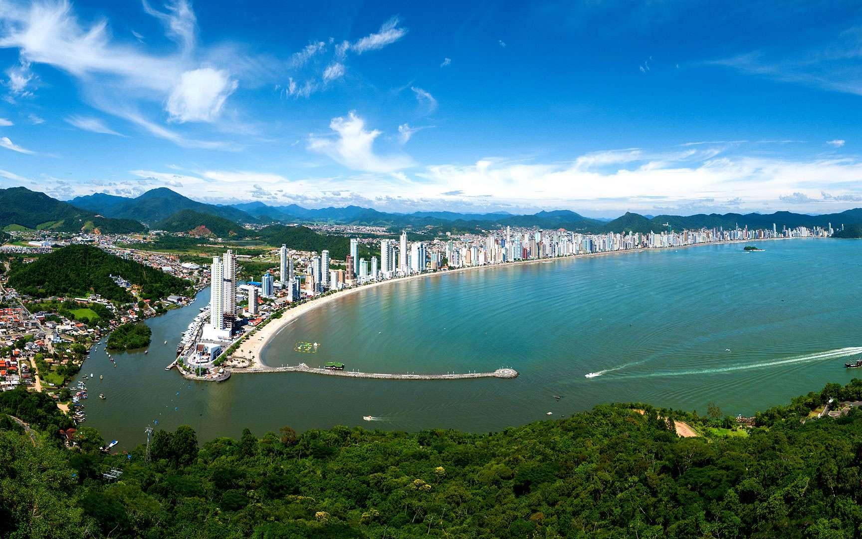 Panorama du littoral de Balneário Camboriú. Balneário Camboriú est une ville brésilienne du littoral de l'État de Santa Catarina. La cité possède une des plus grandes densités d'immeubles du Brésil. Peuplée de moins de 100.000 habitants en 2007, la municipalité abrite environ un million de personnes durant la haute saison. © David Kirsch, Flickr, cc by nc nd 2.0