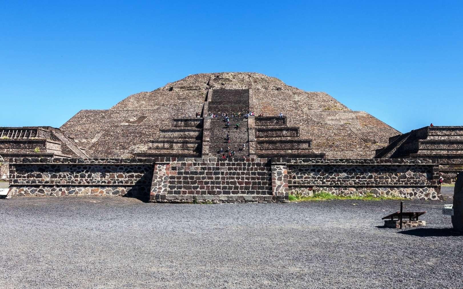 Une vue de la pyramide de la Lune, à Teotihuacan, au Mexique. Celle-ci cache-t-elle un tunnel ? © Diego Delso, CC by-sa 3.0