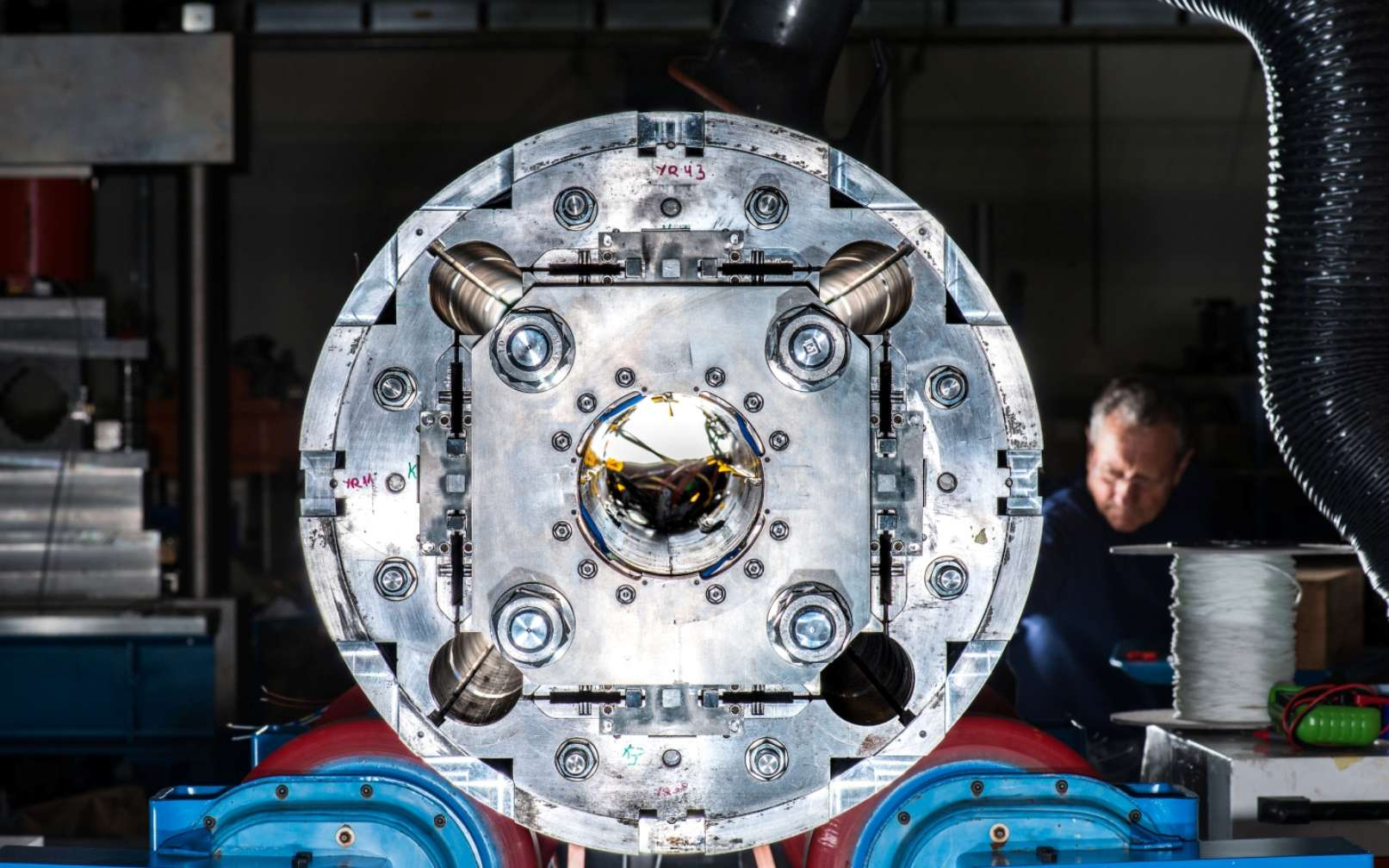Un des nouveaux aimants quadripolaires en cours d'étude pour la réalisation d'une version améliorée du LHC à l'horizon 2025. © Cern, Robert Hradil, Monika Majer, ProStudio22.ch