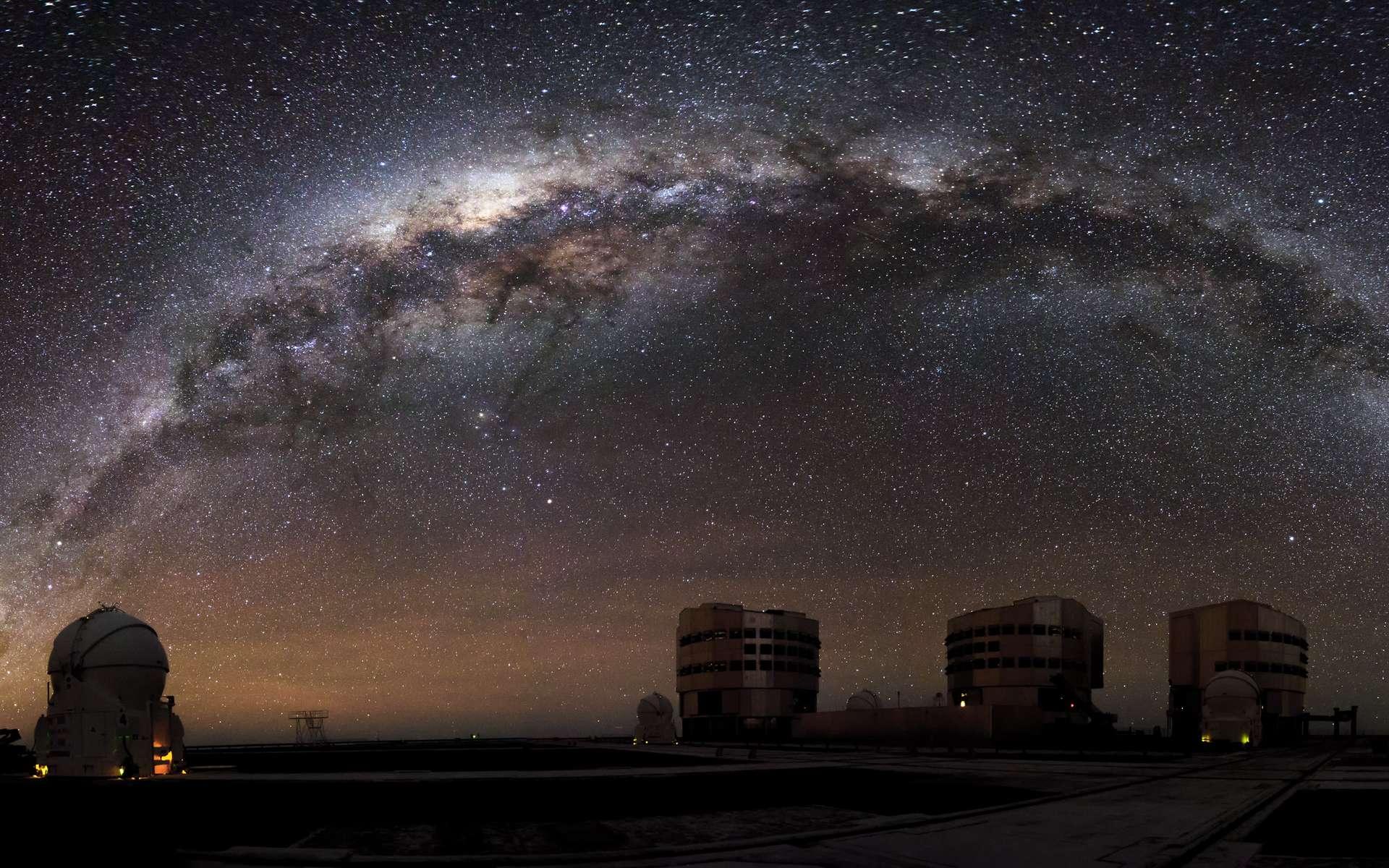 L'Observatoire Paranal, situé dans le désert d'Atacama au nord du Chili, offre des conditions d'observations optimales et ultra performantes grâce au très grand télescope VLT (very large telescope). © A. Russell, ESO.