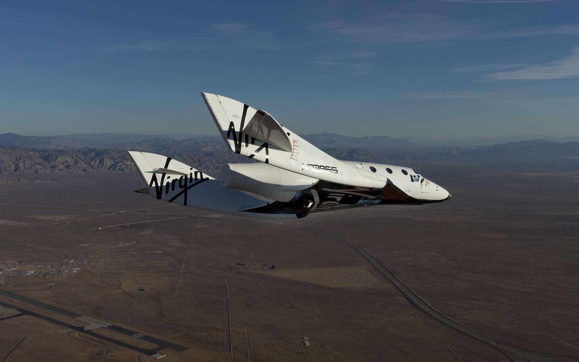 Le SpaceShipTwo lors de l'un de ses premiers vols alors qu'il n'était pas encore équipé de son moteur. Largué de l'avion porteur WhiteKnightTwo, il regagnait la piste de Virgin Galactic en vol plané. Les essais pour mettre au point ce concept original sont nécessairement longs. © Virgin Galactic