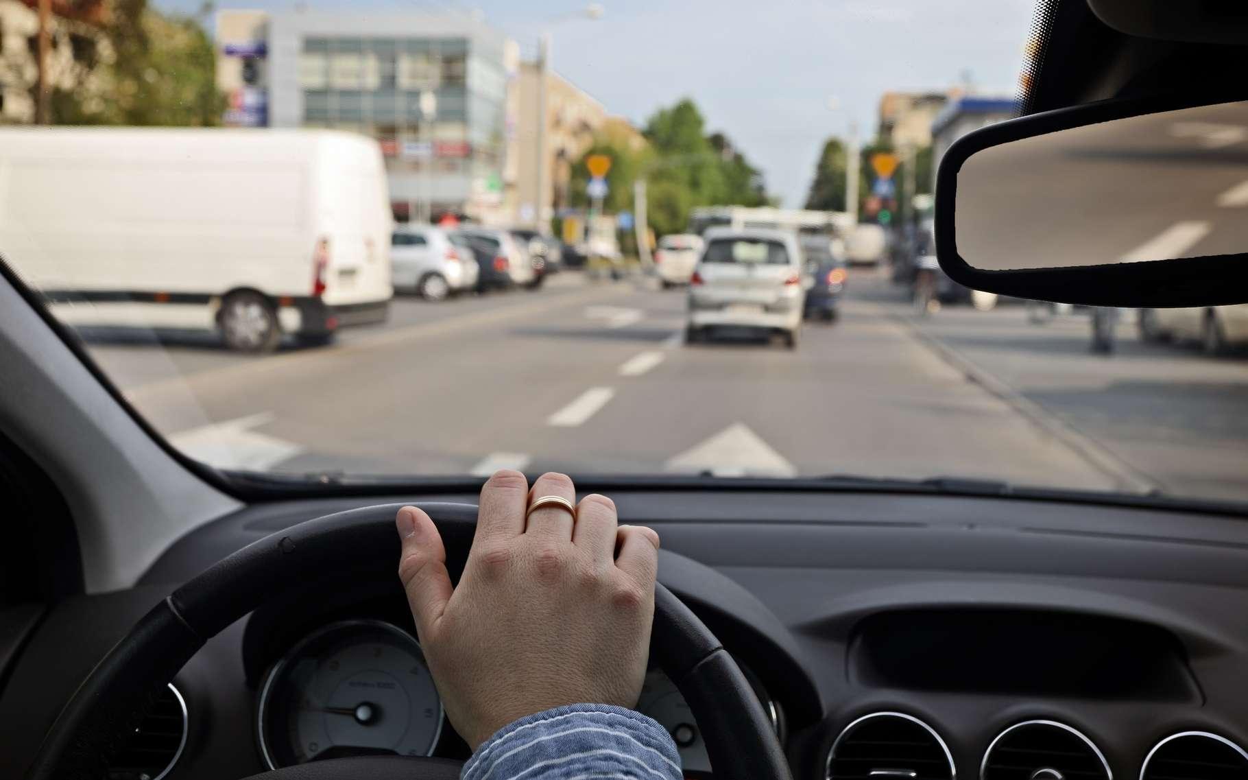 Avez-vous déjà songé à votre manière de freiner, d'accélérer et de manier le volant ? Dans les voitures modernes, ces données sont enregistrées par l'électronique embarquée et il est possible de les exploiter pour reconnaître une personne à coup sûr. © Ambrozinio, Shutterstock