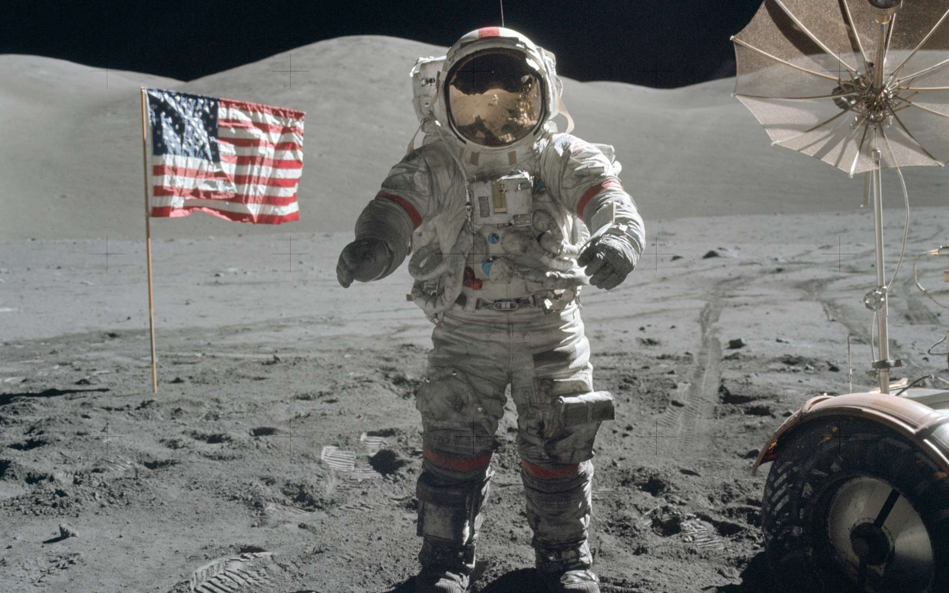 Décembre 1972 : Eugene Cernan pose sur la Lune près du drapeau américain. © Nasa