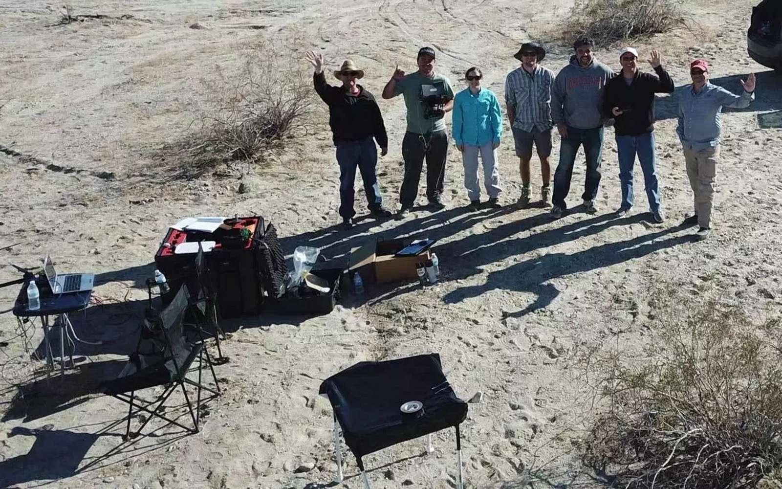 L'équipe de chercheurs du Département des sciences géologiques de l'Université d'état de San Diego se photographie sur la faille de San Andreas avec le drone basé sur la matrice M600 de DJI. Ce drone dispose d'une portée d'environ cinq kilomètres avec un temps de vol maximum de 15 à 35 minutes selon la charge embarquée. © SDSU