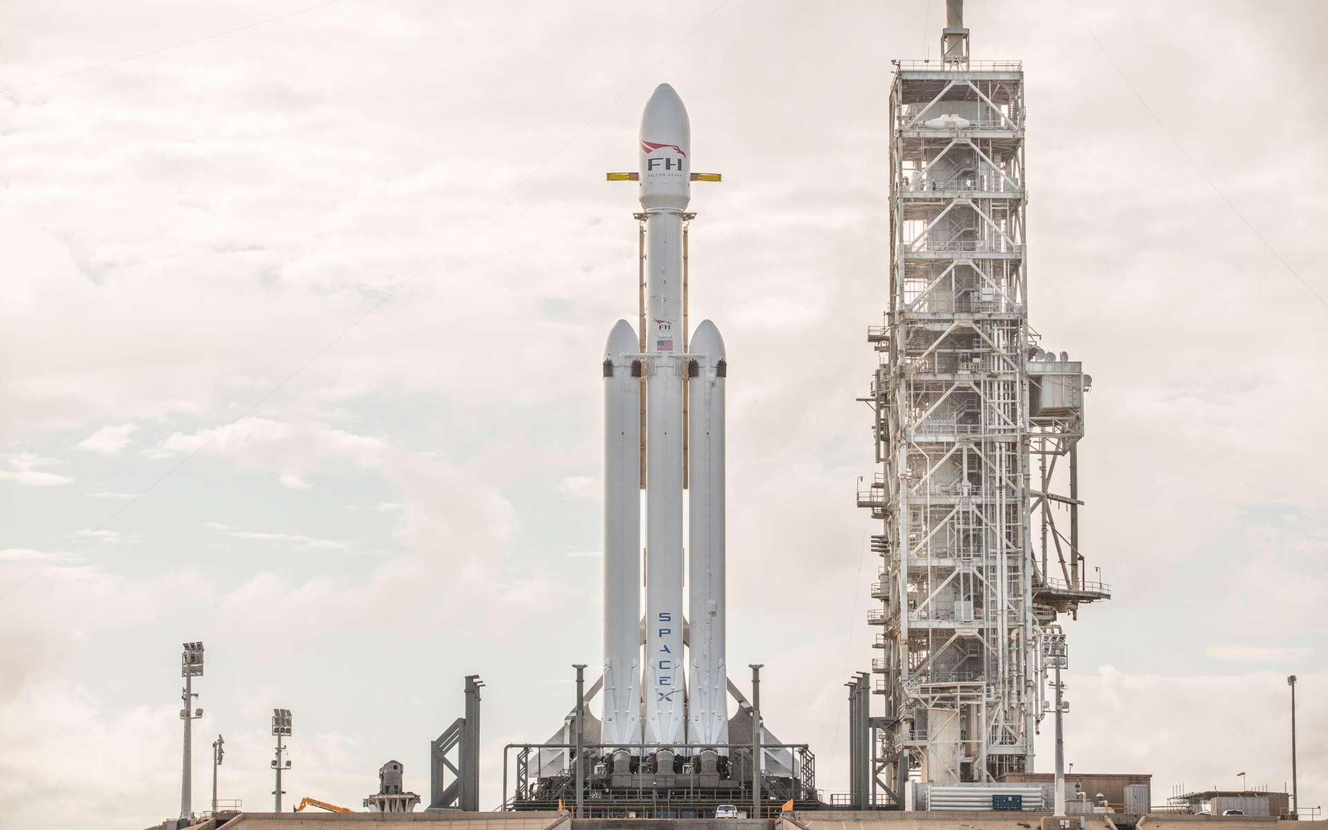Le lanceur lourd Falcon Heavy de SpaceX sur sa rampe de lancement avant son vol inaugural, début février 2018. © SpaceX
