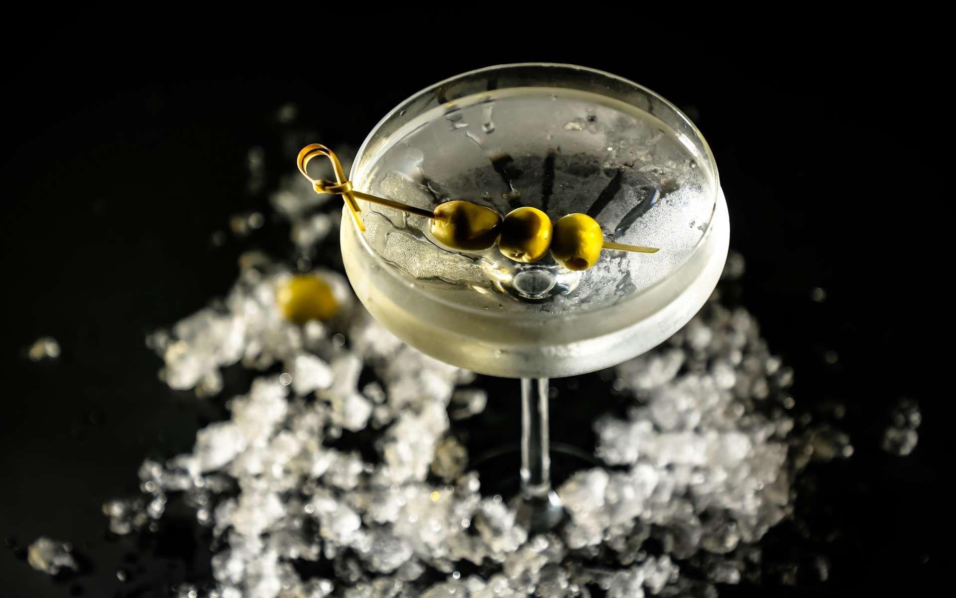 Dans Casino Royale, James Bond boit un cocktail empoisonné à la digitaline. © milanchikov, Adobe Stock