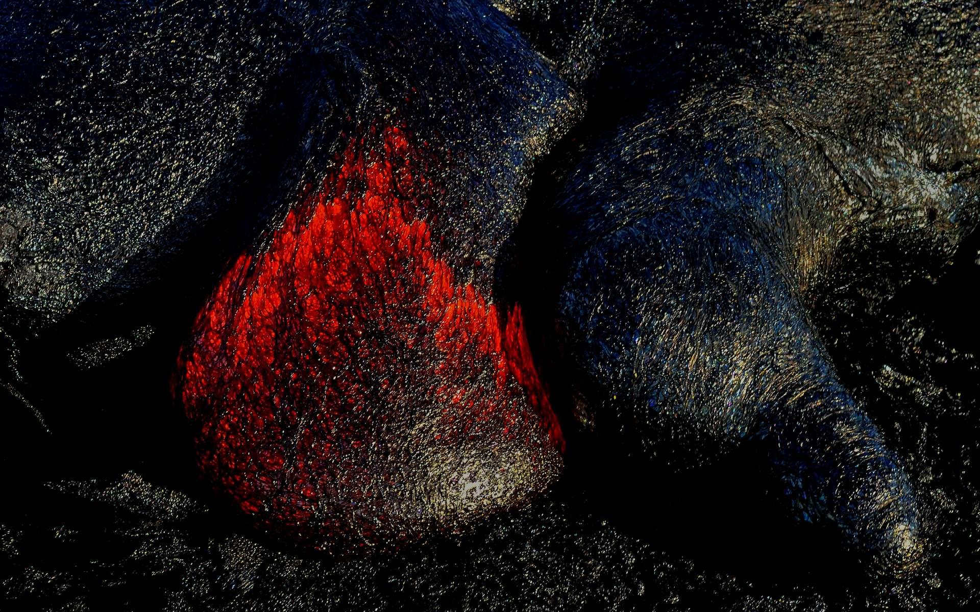 La lave d'un volcan refroidie au contact de l'eau. © Luc Kohnen, Adobe Stock