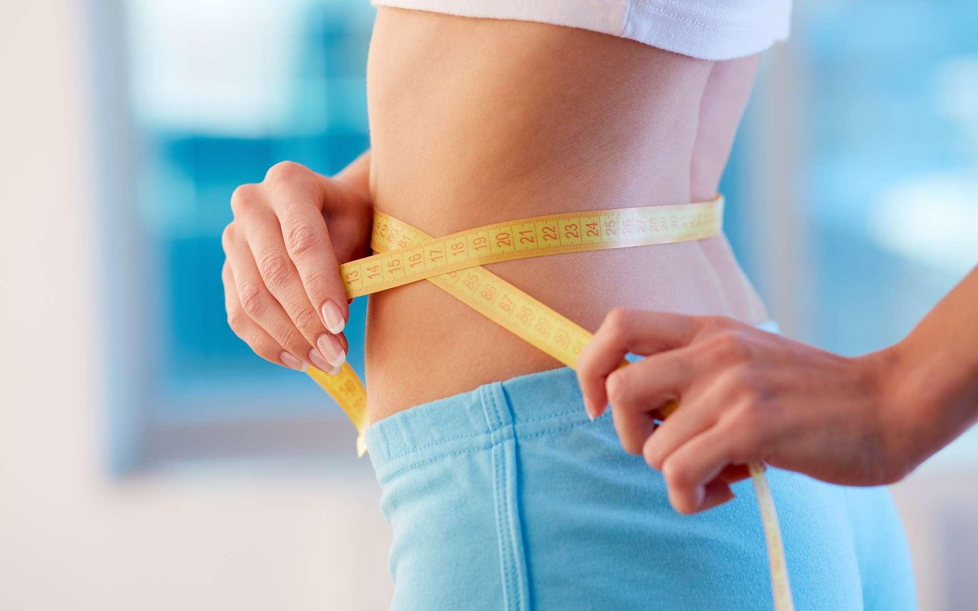 Dans le cadre d'un régime amincissant, la mesure du tour de taille peut être plus intéressante que celle du poids : elle permet de se rendre compte de la perte de graisses abdominales. © Pressmaster, Shutterstock
